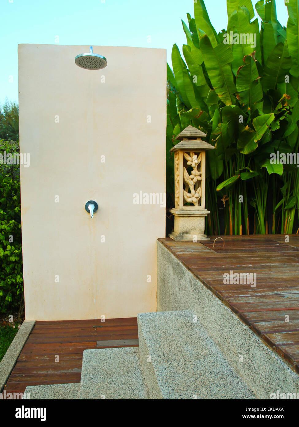 Doccia Esterna Vicino Alla Piscina Nel Resort Tropicale Foto