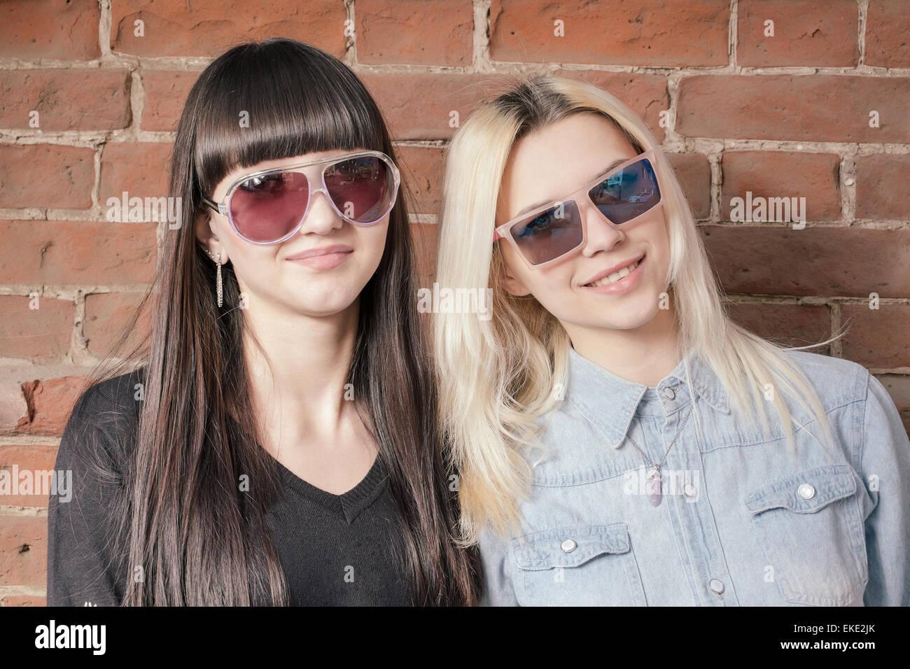 Belle Da Ragazze Sole Nel Felici Alla Quartiere Moda Di Occhiali Due Ygyvmb76If