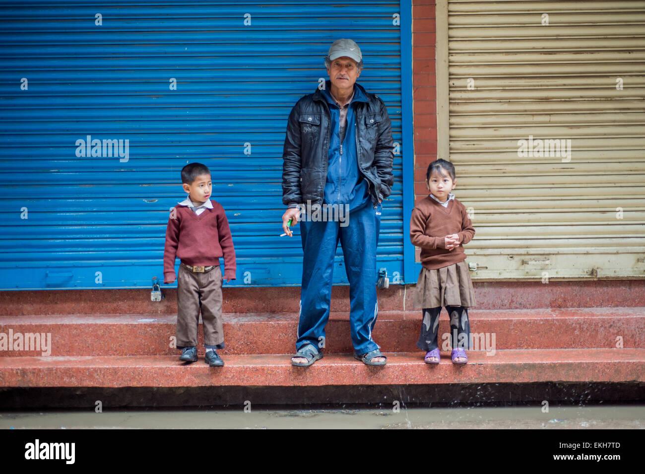 Ritratto di un grande padre e i suoi due figli grand a Kathmandu in Nepal Immagini Stock