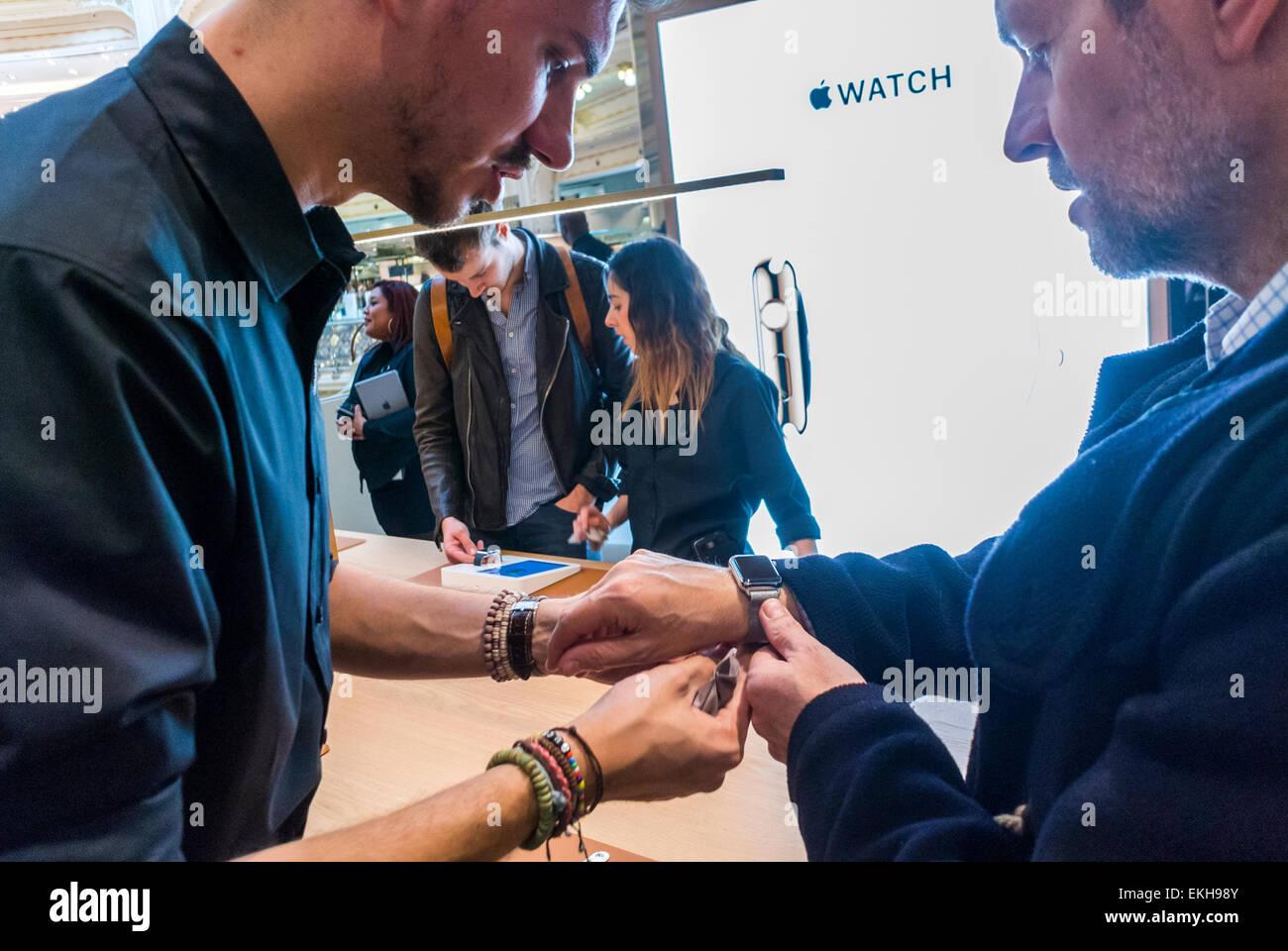Parigi, Francia. Apple Corp. Memorizzare nel dipartimento francese Store, Galeries Lafayette per I-guardare, i clienti Immagini Stock
