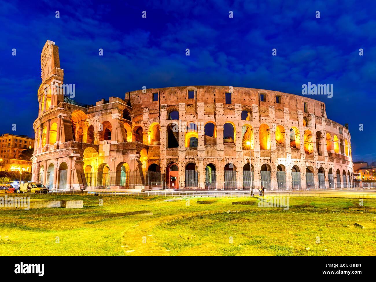 Colosseo, Roma, Italia. Twilight vista Colosseo a Roma, ellittica più grande anfiteatro dell Impero Romano antica Foto Stock