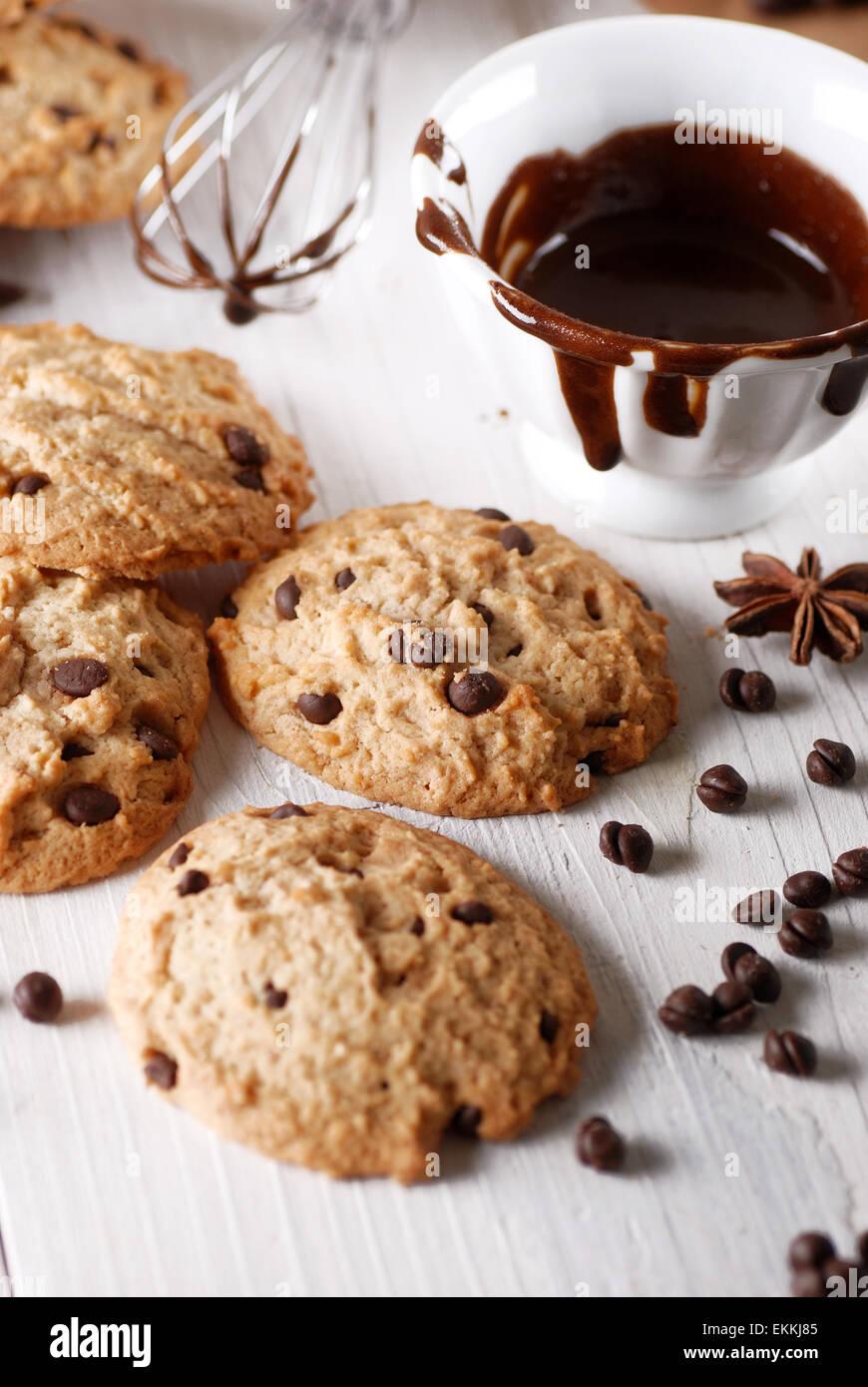 Biscotti al cioccolato con ingredienti intorno Immagini Stock