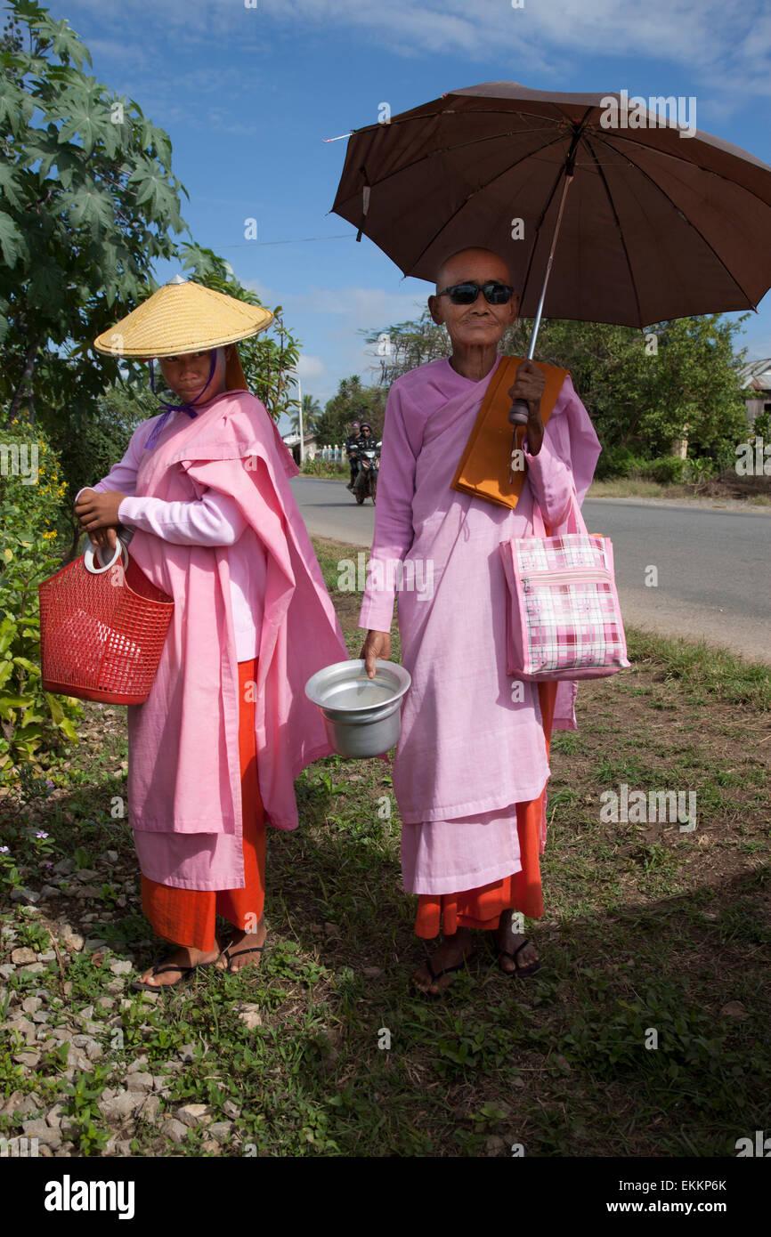 I giovani religiosi e la donna più anziana a Pinulin,Myanmar (Birmania). Immagini Stock