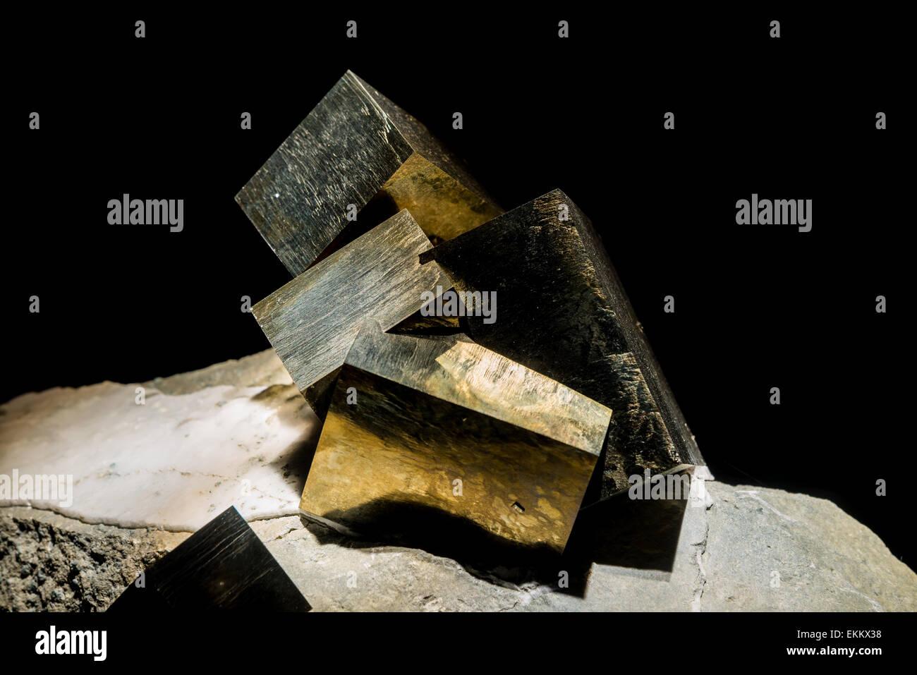 Cubo Di Ferro.A Forma Di Cubo Di Pirite Minerale Il Solfuro Di Ferro