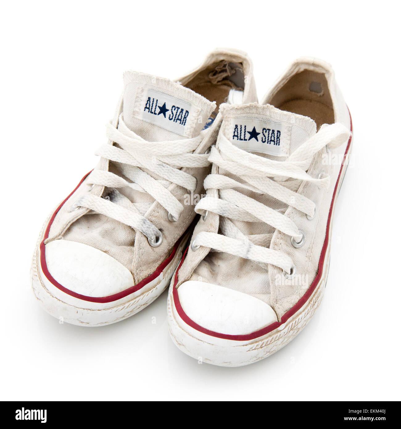 Usati per bambini converse calzature isolate su un bianco di sfondo per  studio. a79894c3384