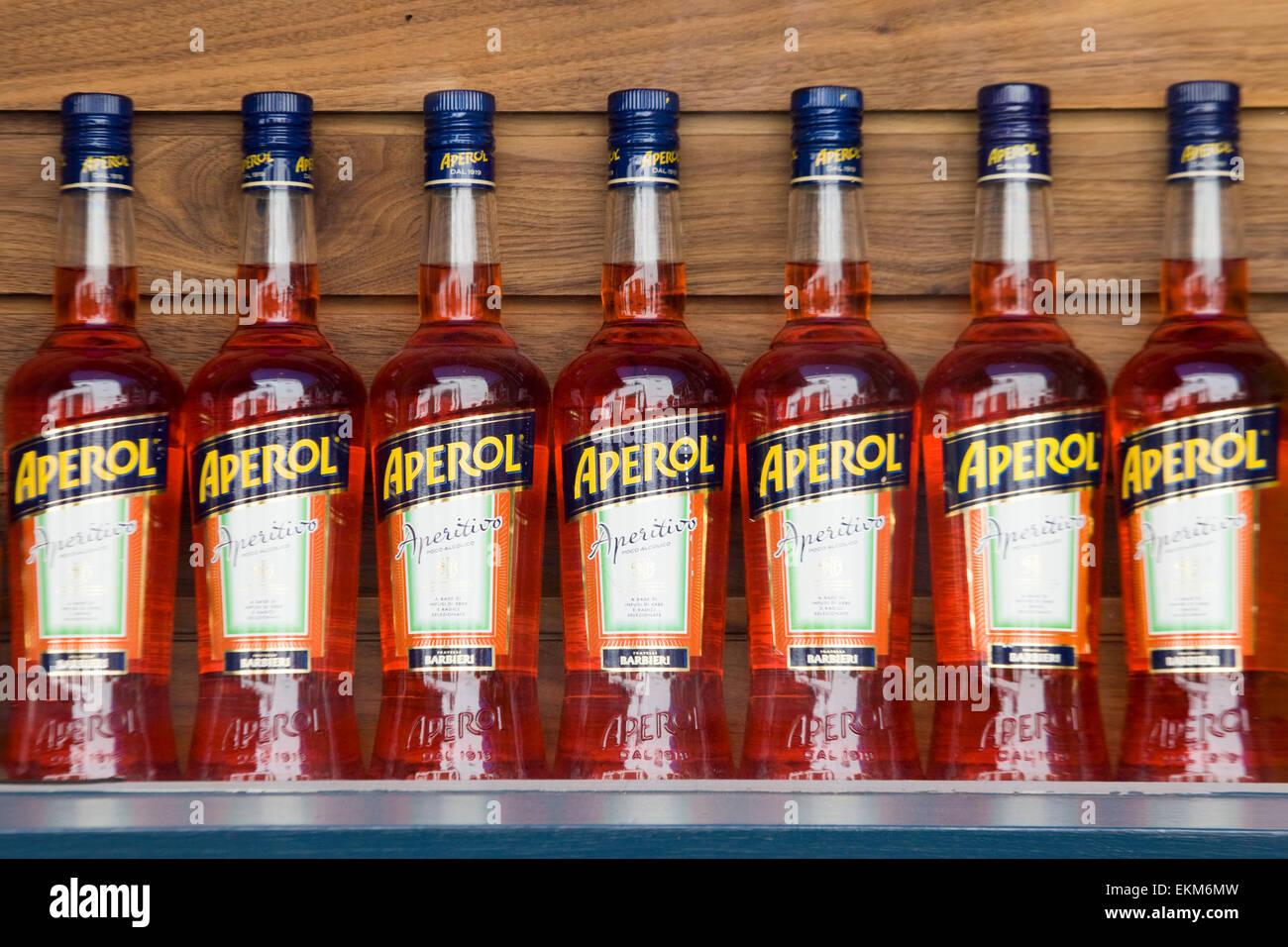 Bottiglie di Aperol su un ripiano Immagini Stock