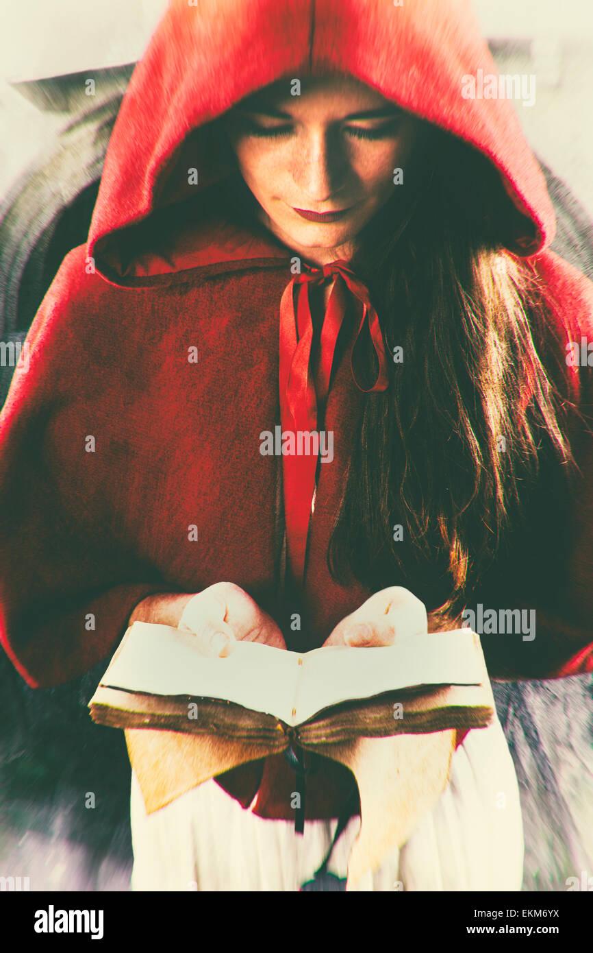 Donna che guarda in basso la lettura di un libro Foto Stock