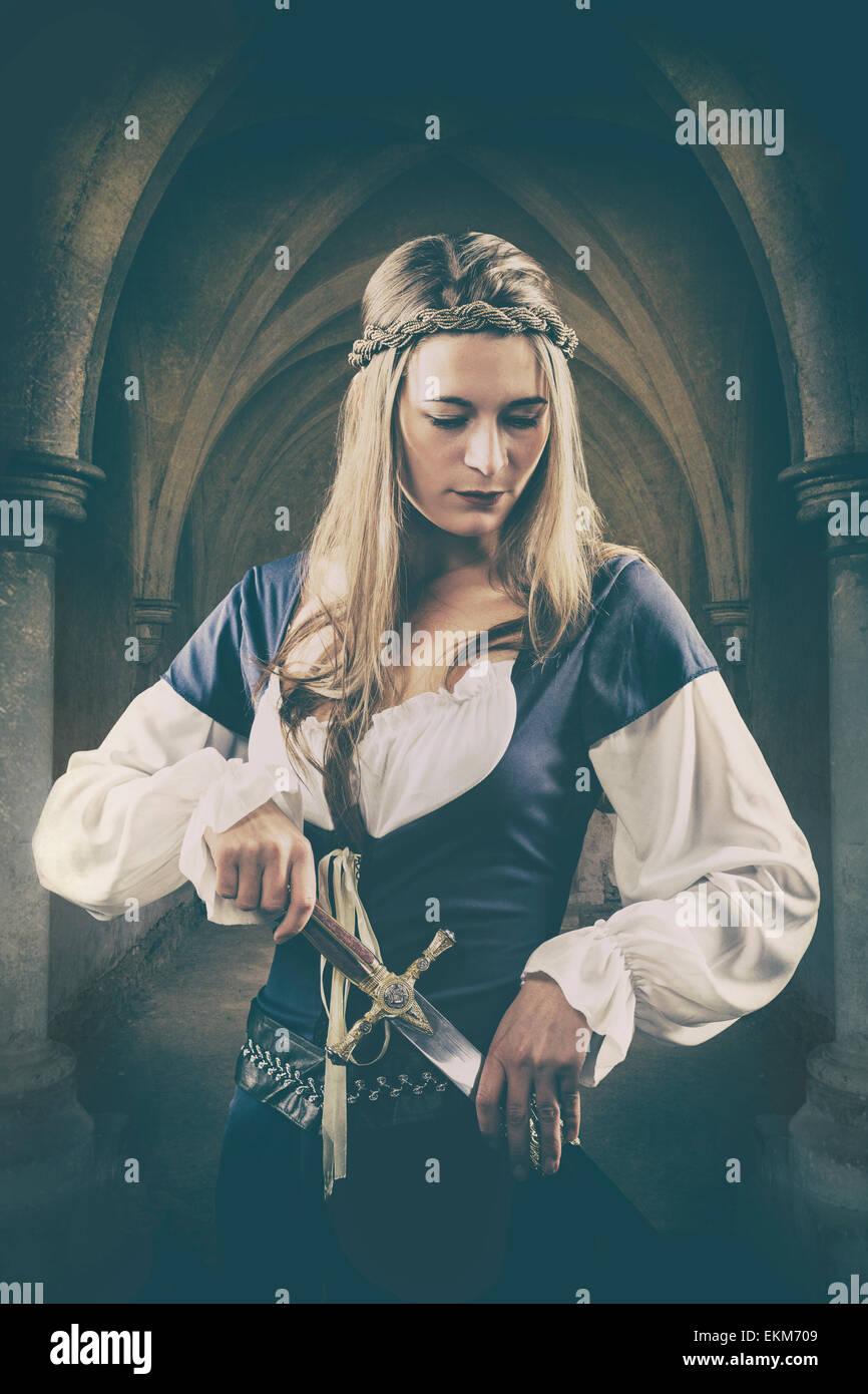 Donna medievale tenendo un pugnale Foto Stock