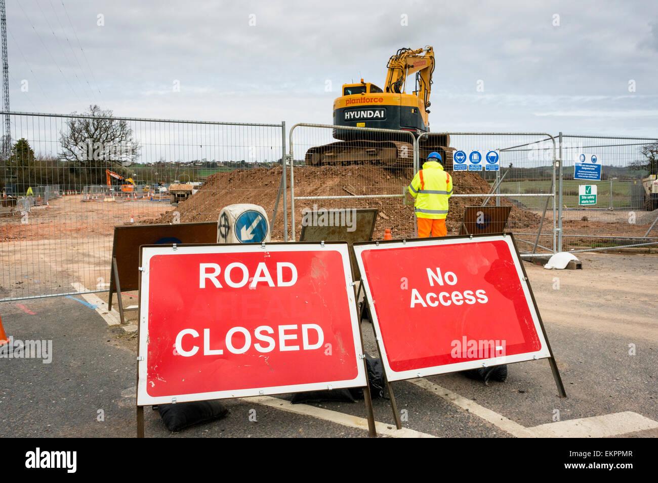 Strada chiusa segno con opere stradali e lavoratori edili la costruzione di una nuova strada, England, Regno Unito Immagini Stock