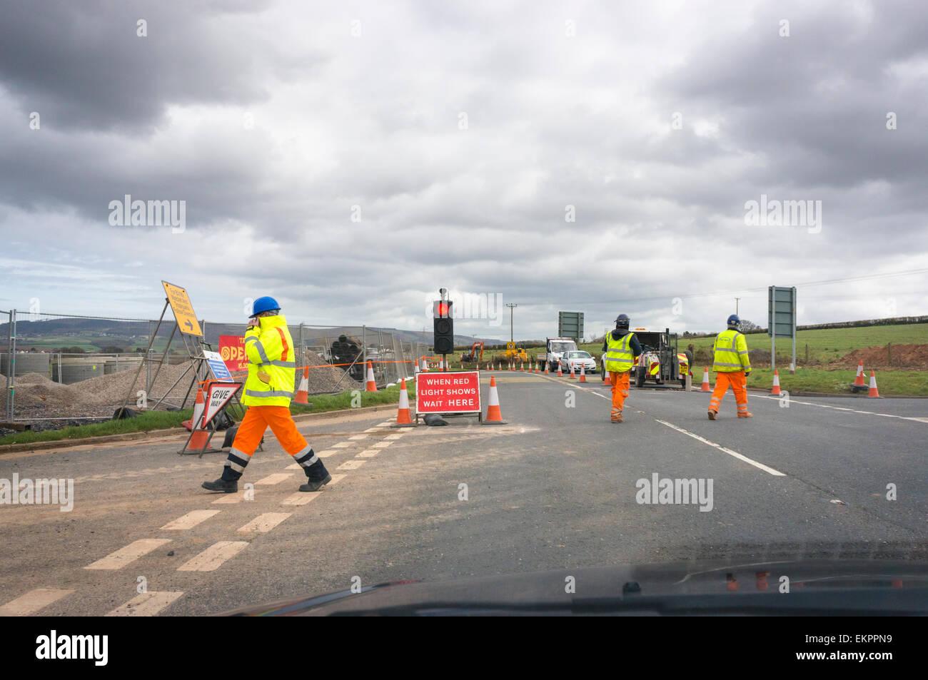 Lavori stradali e costruzione di strada dei lavoratori in un paese rurale road, England, Regno Unito Immagini Stock