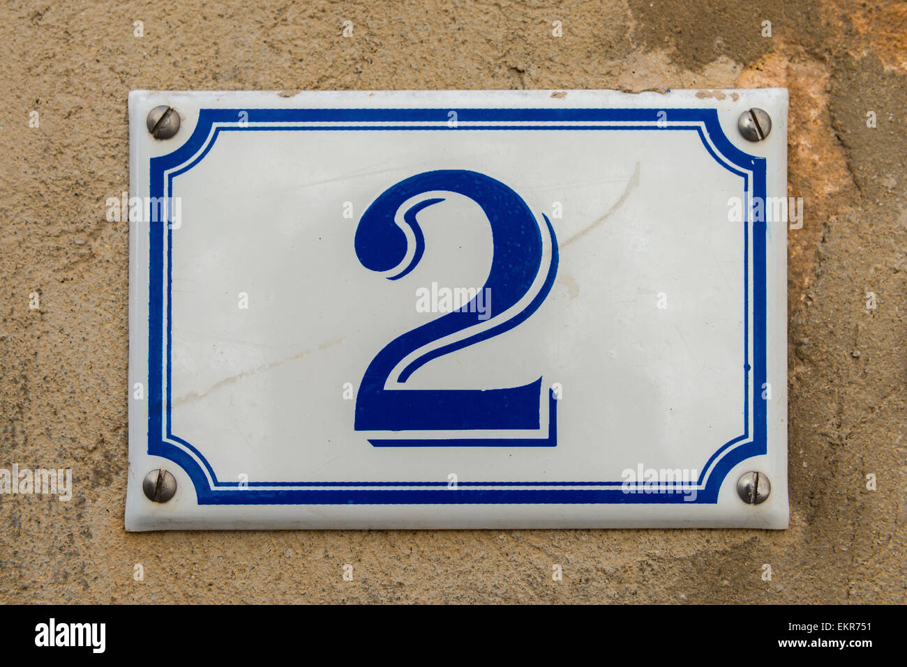 Bianco e blu numero 2 della placca in ceramica su un muro di casa ...