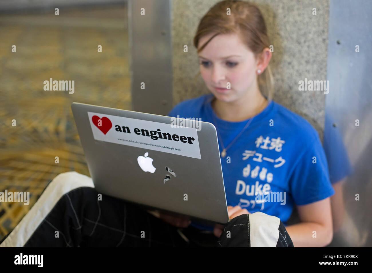 Detroit, Michigan - una femmina di Duke University studente di ingegneria lavora sul suo computer portatile. Immagini Stock