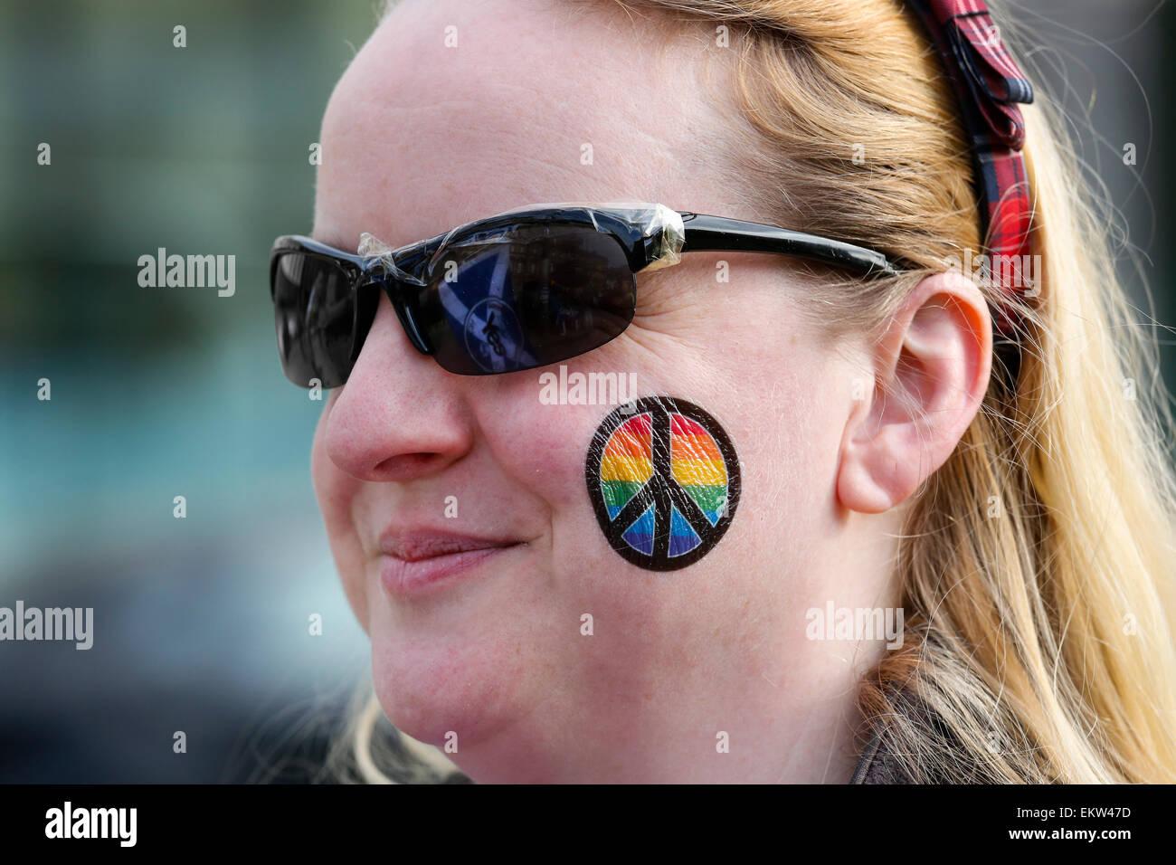 Donna che frequentano un CND rally e anti-trident, anti-nucleare al rally di un pro indipendenza incontro, Glasgow, Immagini Stock