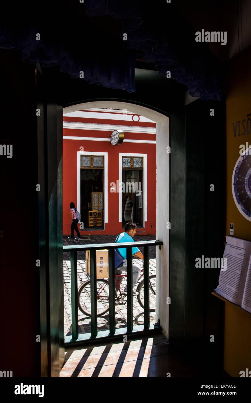 Largo da Ordem visto dall'interno della casa Romario Martins. Curitiba, Parana, Brasile. Immagini Stock