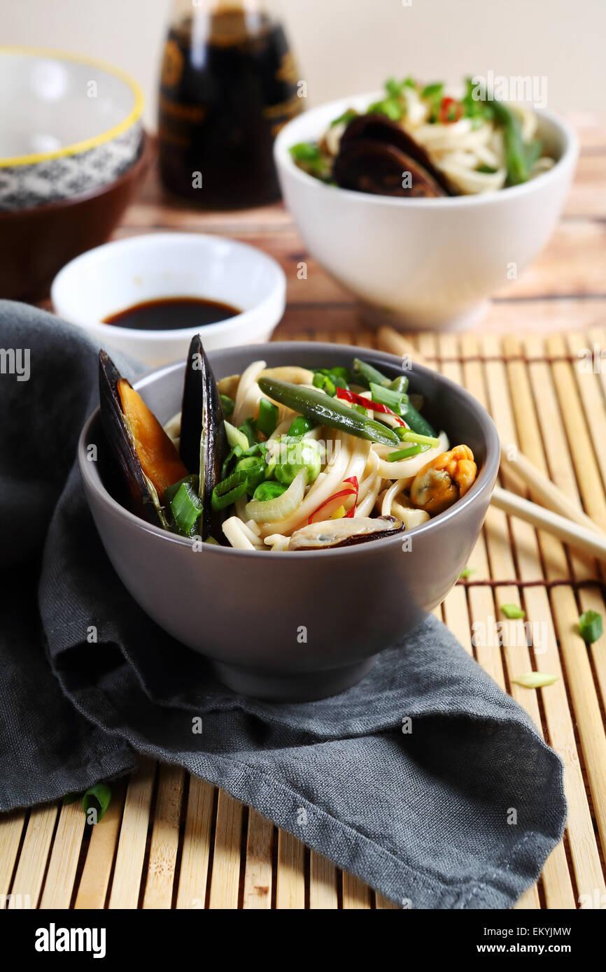 Tagliatelle cinesi con cozze, cibo Immagini Stock