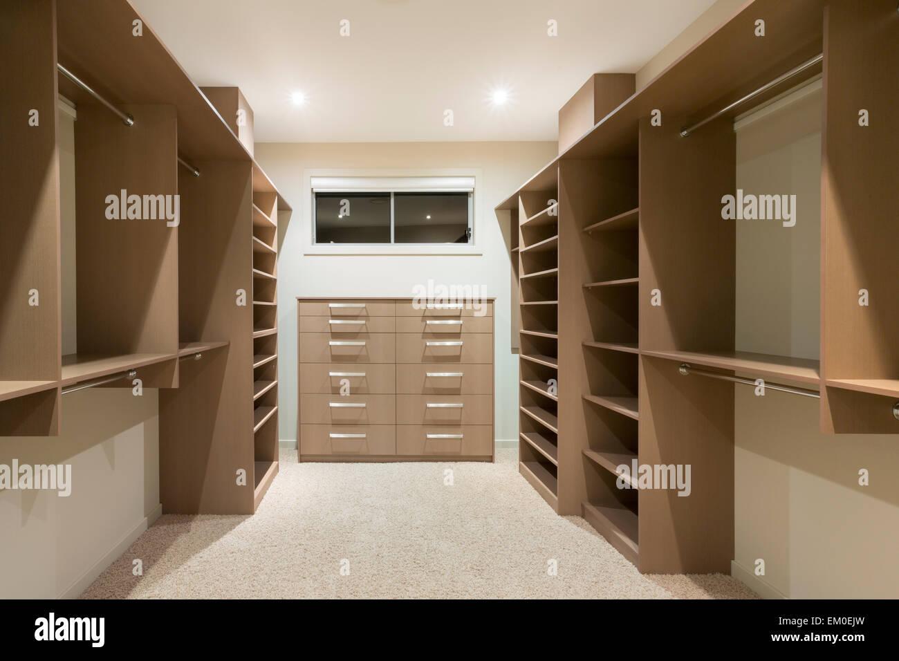 Cabina Armadio Grande : Grande vuoto la cabina armadio nella casa di lusso foto immagine