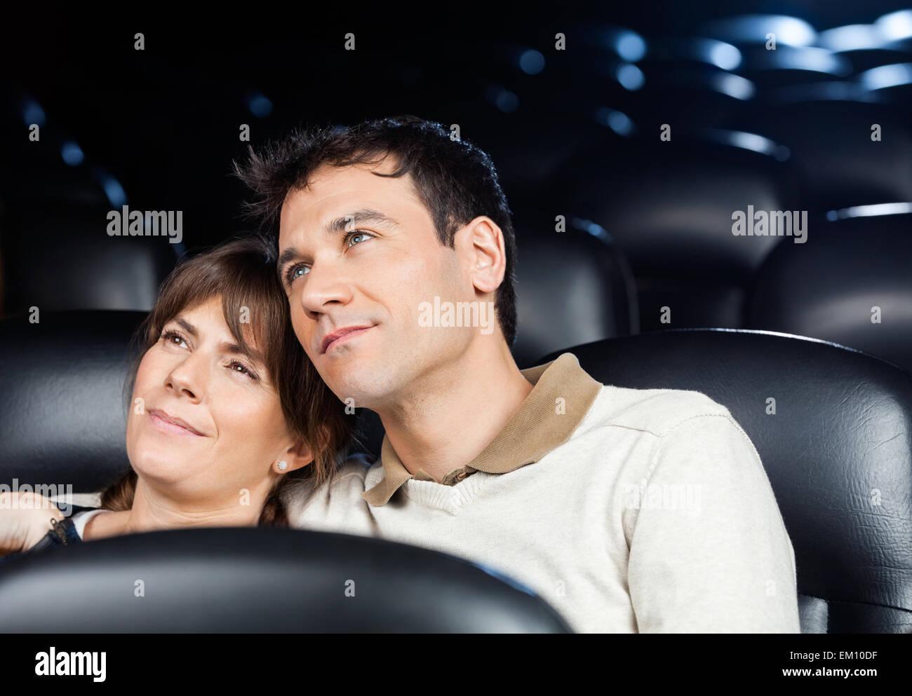 Amare giovane guardando film in teatro Foto Stock