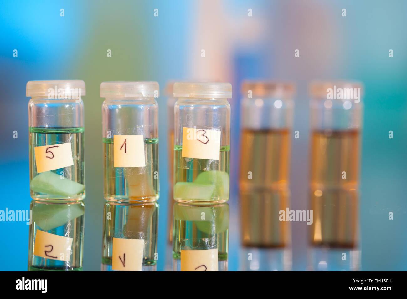 Campioni in fiale in plastica per microscopia e tessuto di biopsia . biol Immagini Stock
