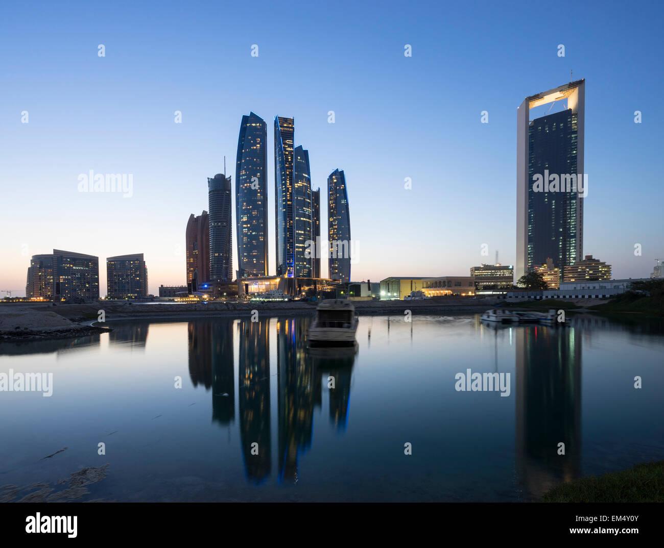Notte vista sullo skyline di Etihad Towers di Abu Dhabi negli Emirati Arabi Uniti Immagini Stock