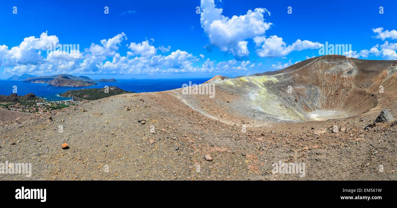 Vista panoramica del cratere di Vulcano e di Lipari isole di Sicilia Immagini Stock
