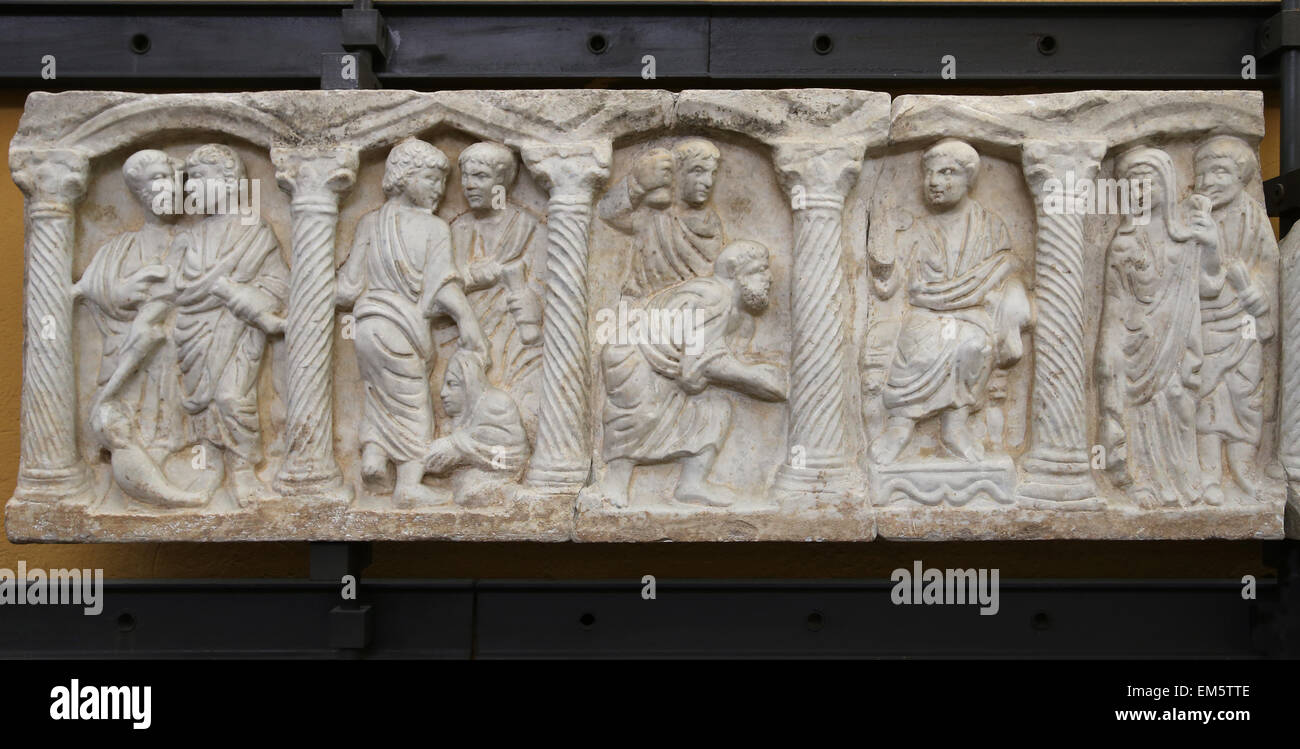 Christian-Roman. Parte anteriore del sarcofago colonnare con scene bibliche. 330-360 d.c. Inizio del Cristianesimo. Immagini Stock