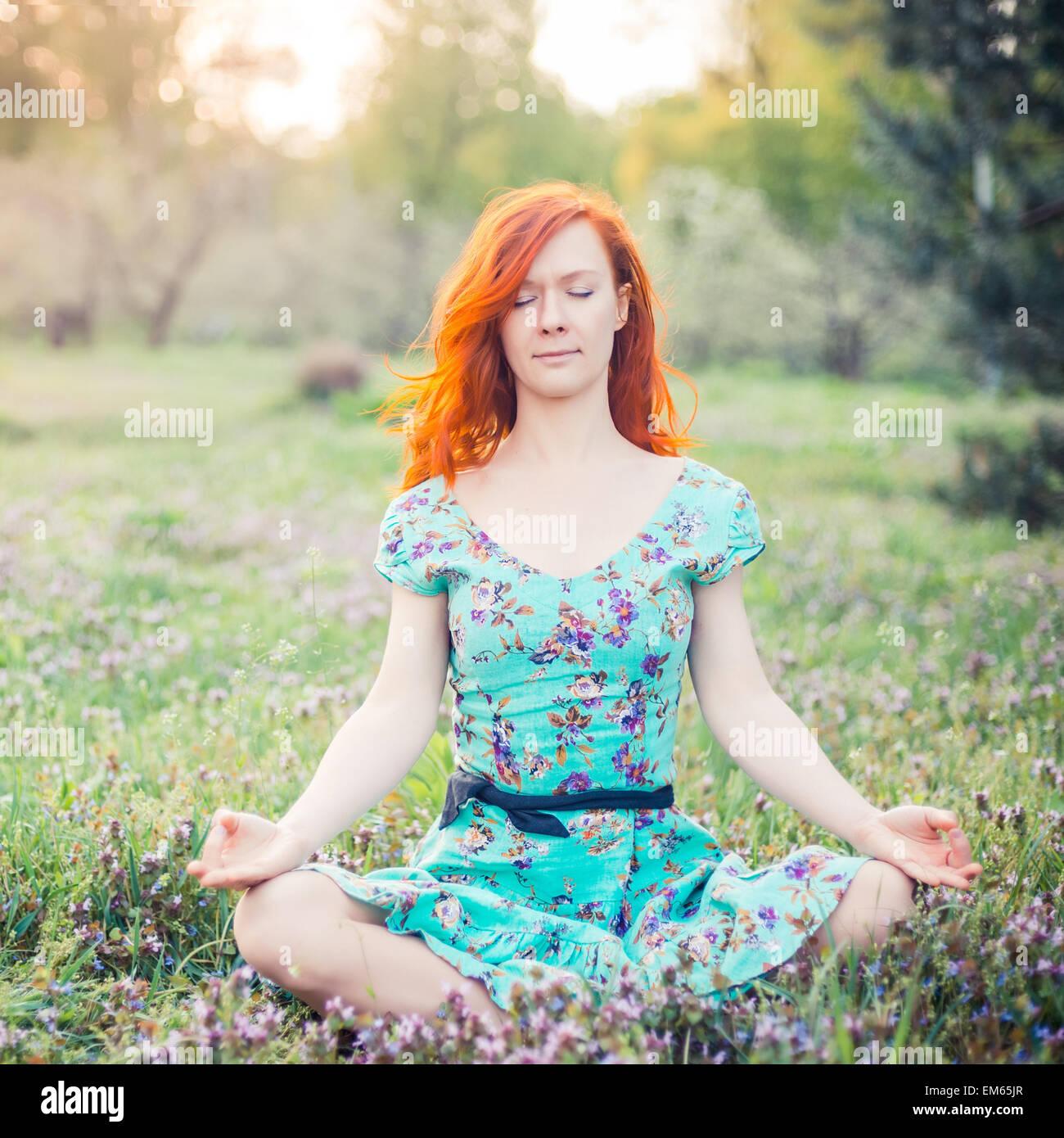 Giovane donna fare yoga in posizione di parcheggio Immagini Stock