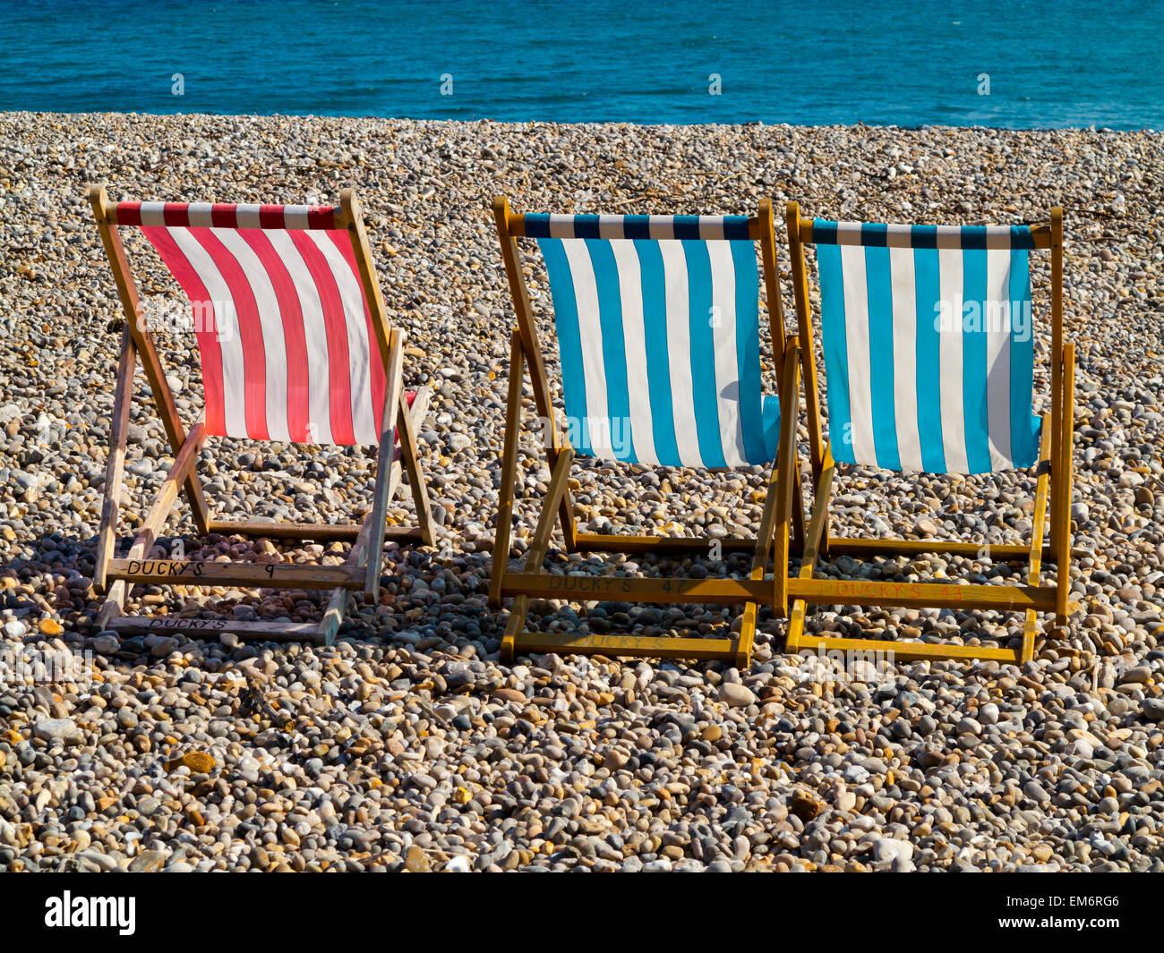 Sdraio In Legno E Tela.Tradizionali Di Tela A Strisce E Sdraio In Legno Su Una Spiaggia Di