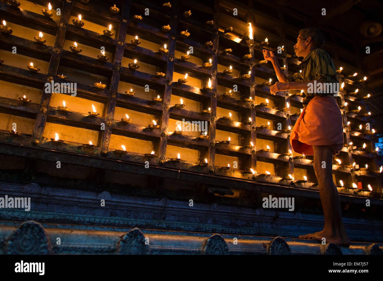 Illuminazione uomo una lampada ad olio la parete esterna del