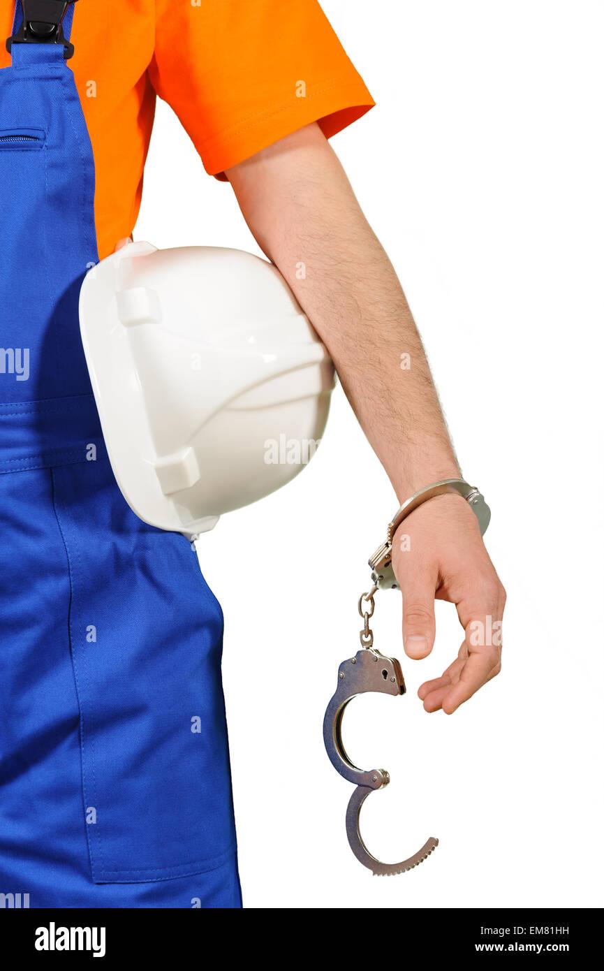 Fallimento colpevole operaio spiacevoli ammanettato con penale di elmetto collare blu ritratto su bianco Immagini Stock