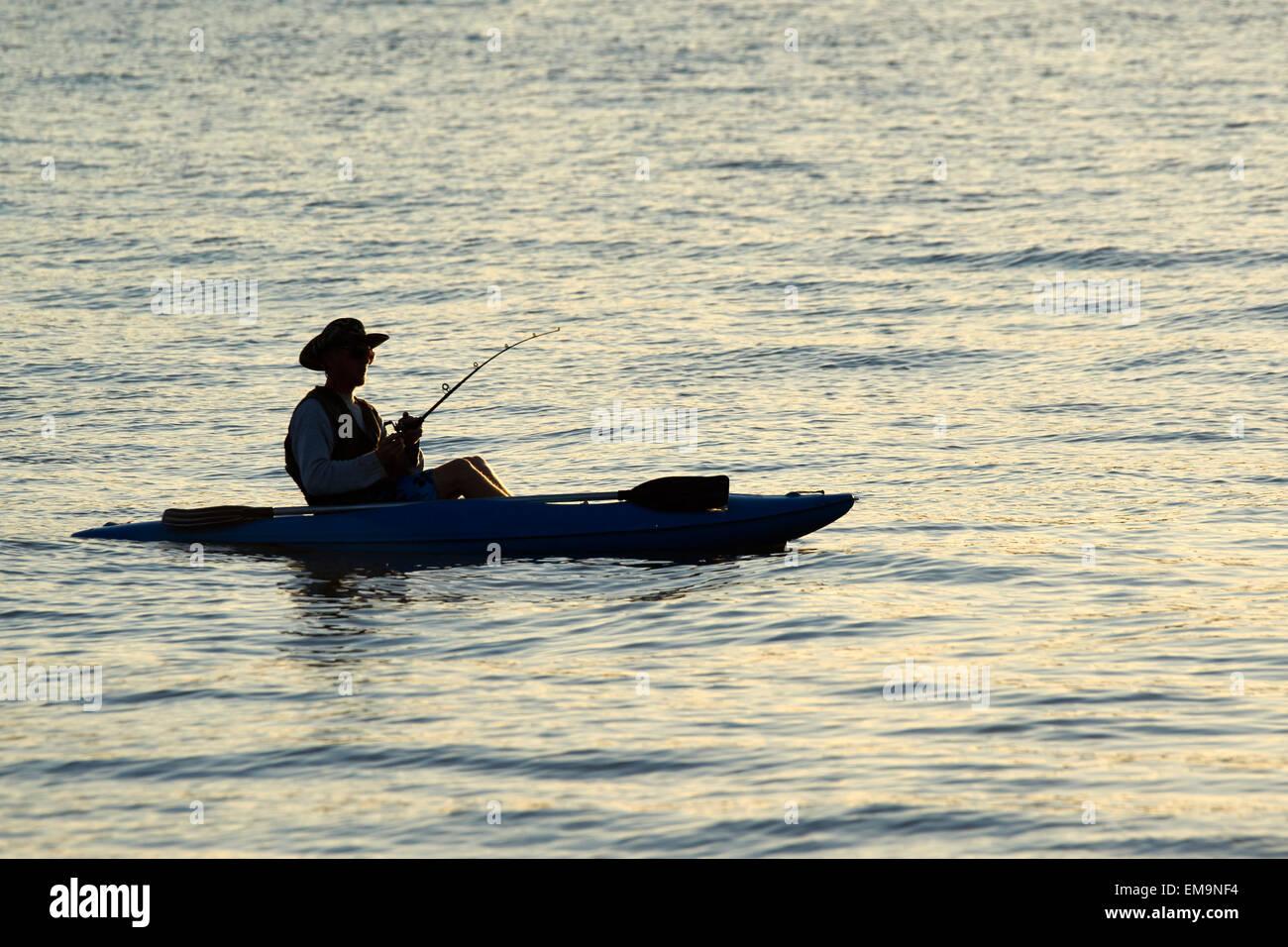 Pesca sportiva off una canoa Immagini Stock