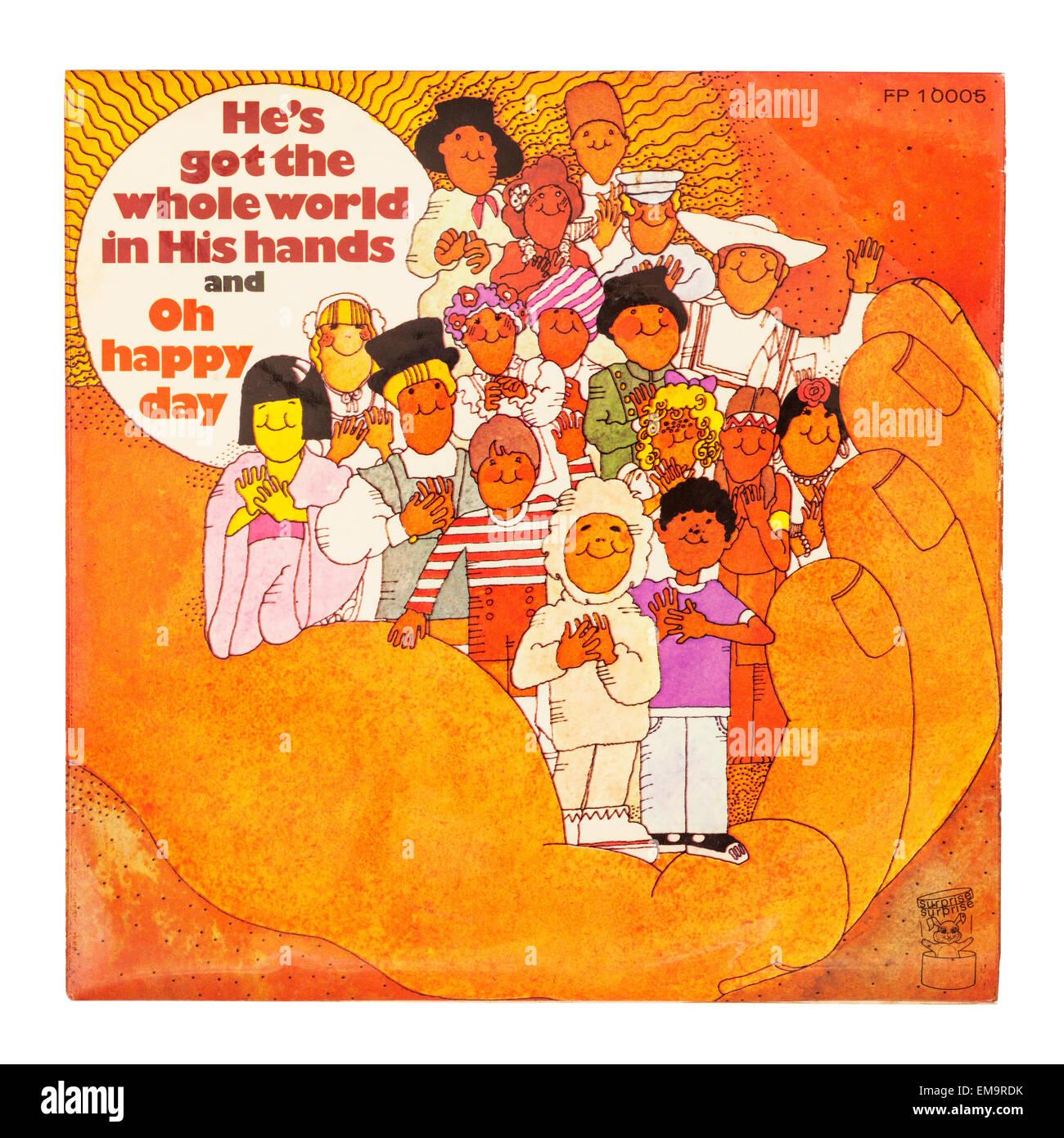 Un vinile per bambini chiamato record ha il mondo nelle sue mani su sfondo bianco Foto Stock