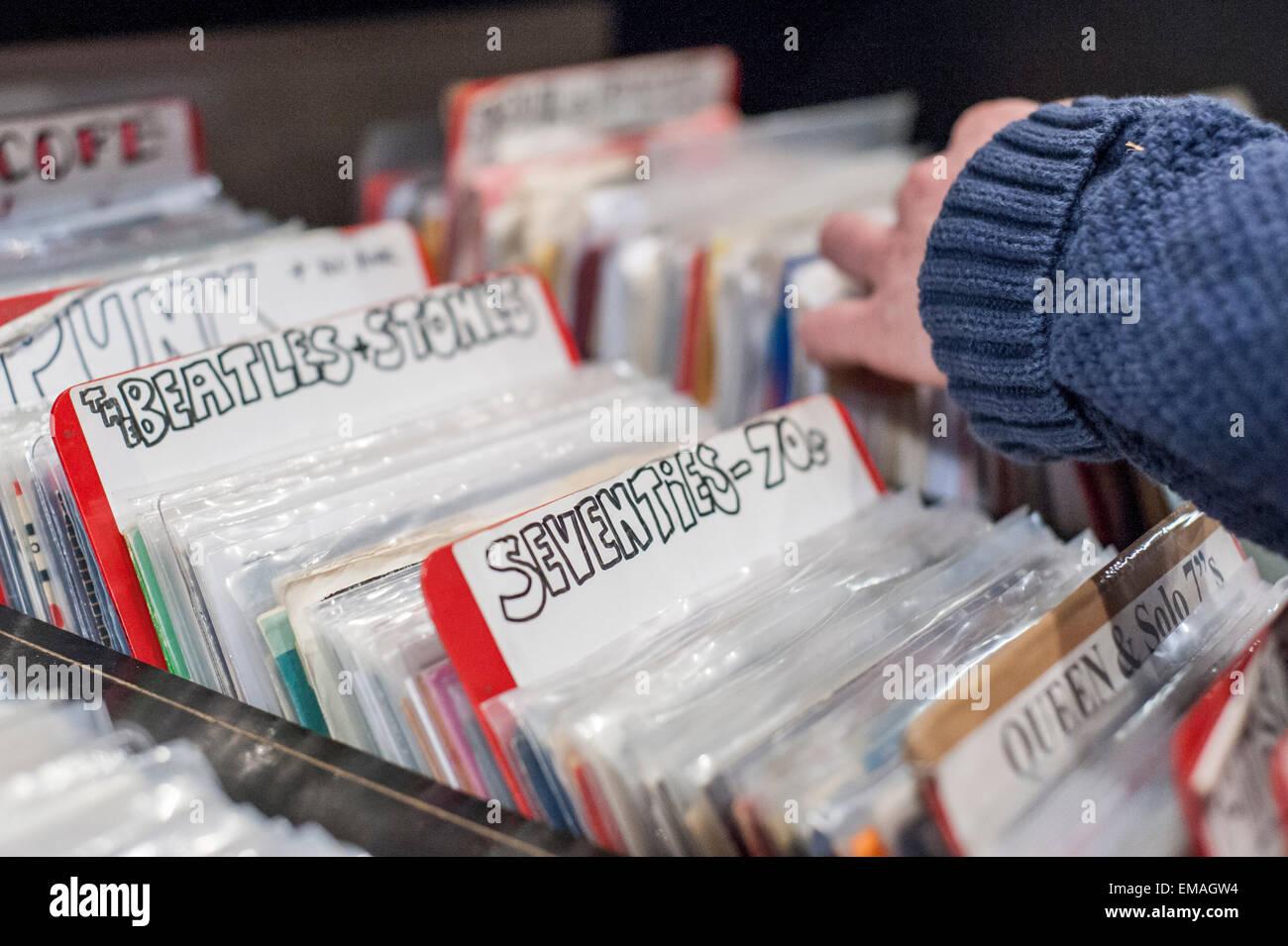 Londra, Regno Unito. Il 18 aprile 2015. Negli anni settanta la musica in vendita come gli amanti della musica di Immagini Stock