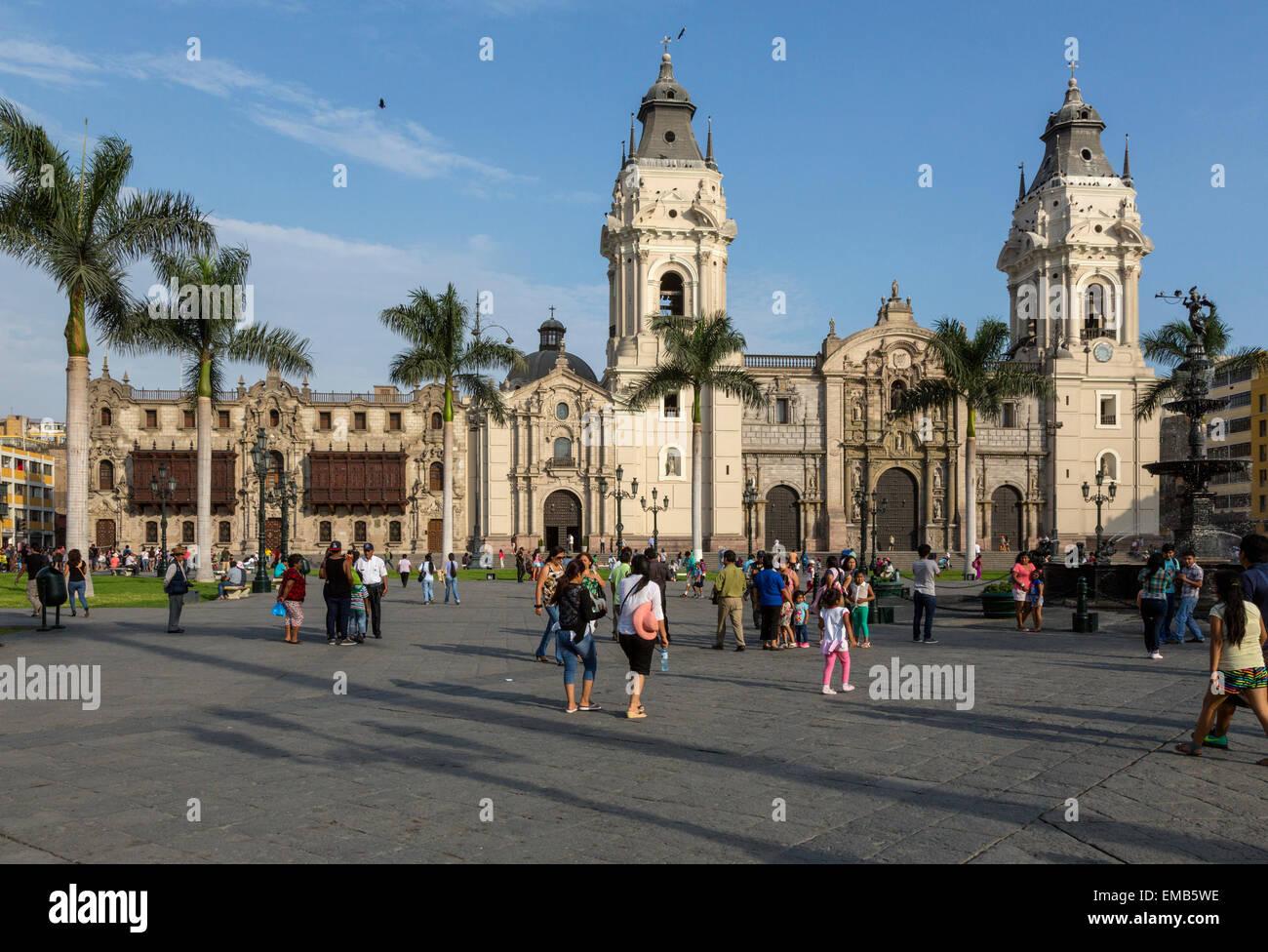 Il Perù, Lima. Cattedrale sulla destra, palazzo arcivescovile sulla sinistra. Plaza de Armas. Immagini Stock