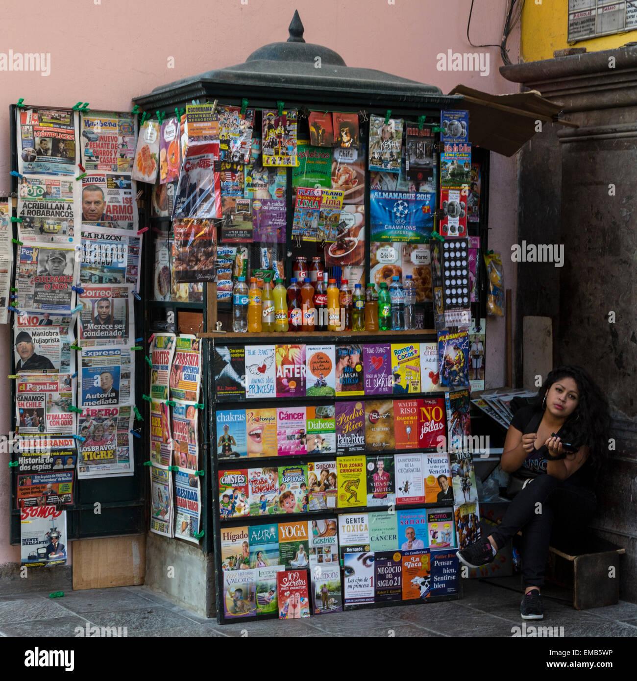 Il Perù, Lima. Donna e edicola. Immagini Stock