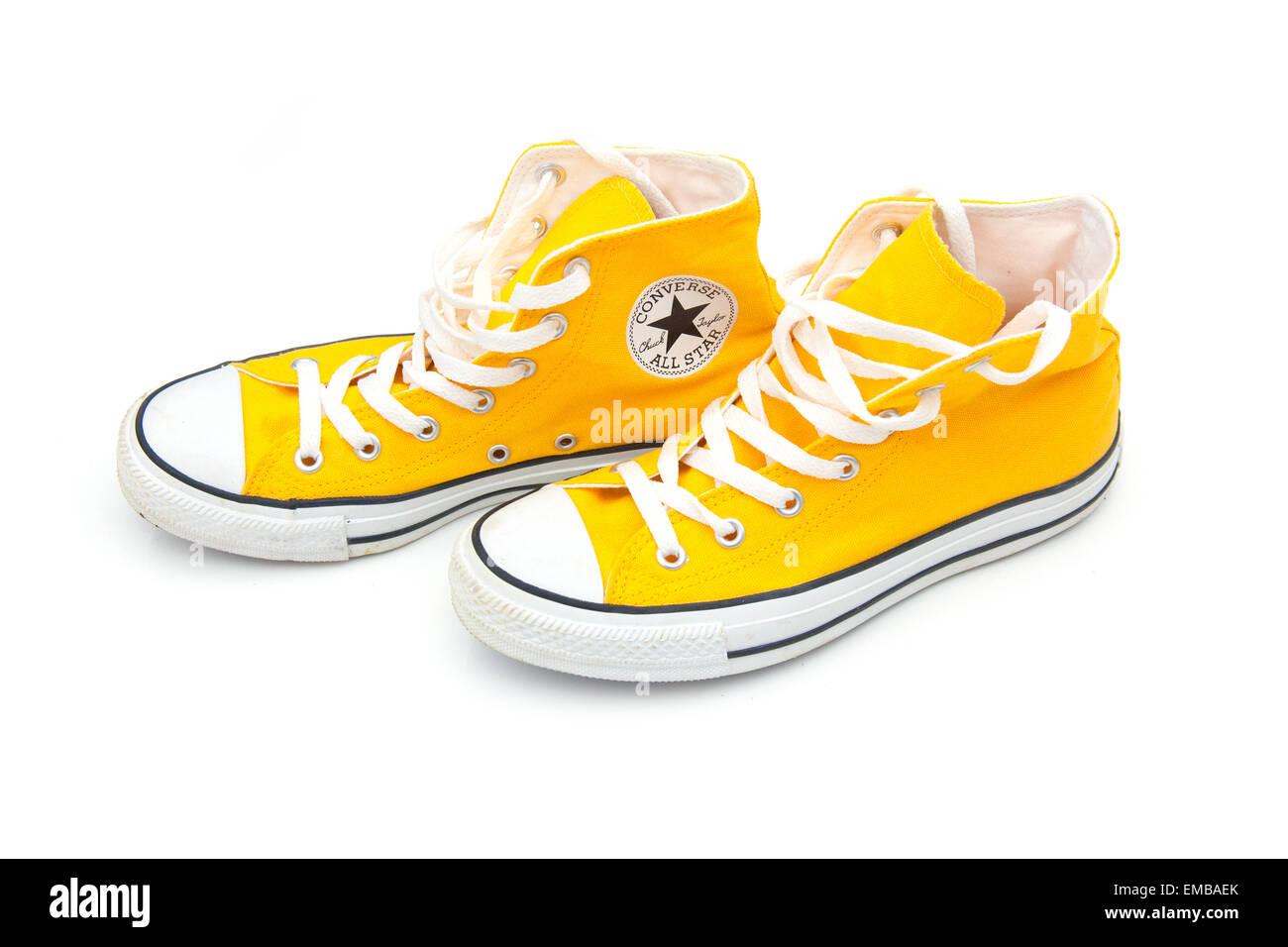 Giallo Converse stivali isolato su un bianco di sfondo per studio. Immagini  Stock 6773dbd93c1