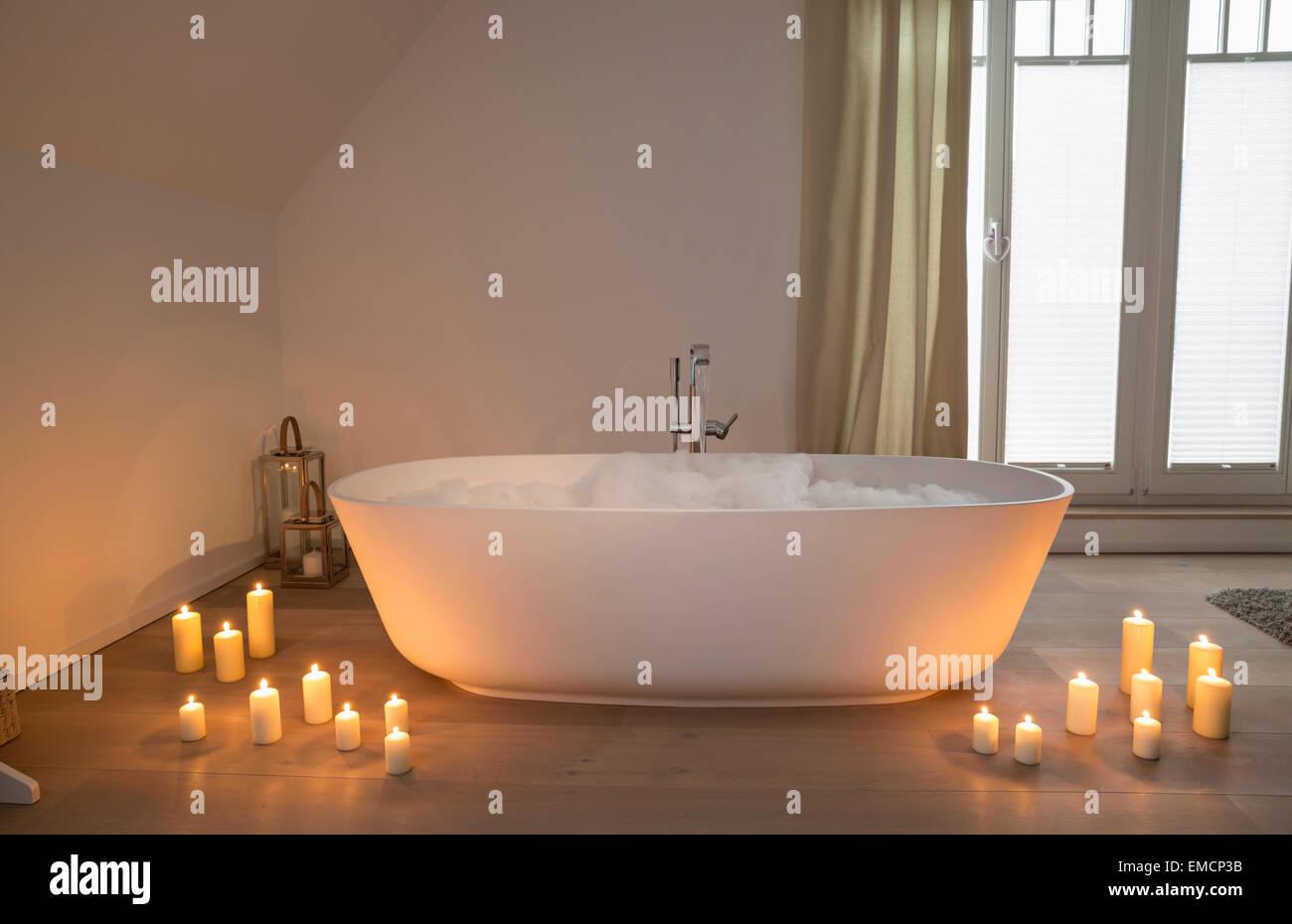 Vasca Da Bagno Romantica Con Candele : Vasca idromassaggio romantico con le candele u video stock