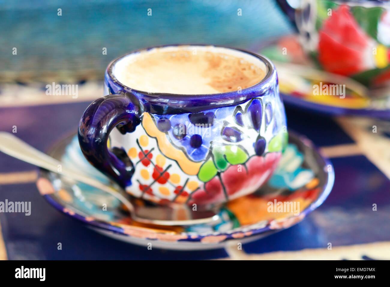 Il cappuccino è servito in tazza colorata Immagini Stock
