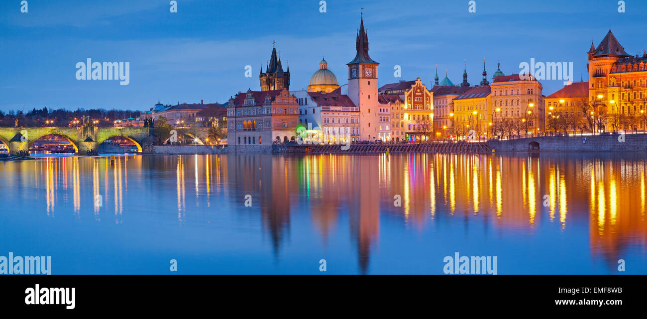 Panorama di Praga. Immagine panoramica del lungofiume di Praga e Ponte Carlo, con la riflessione della città Immagini Stock