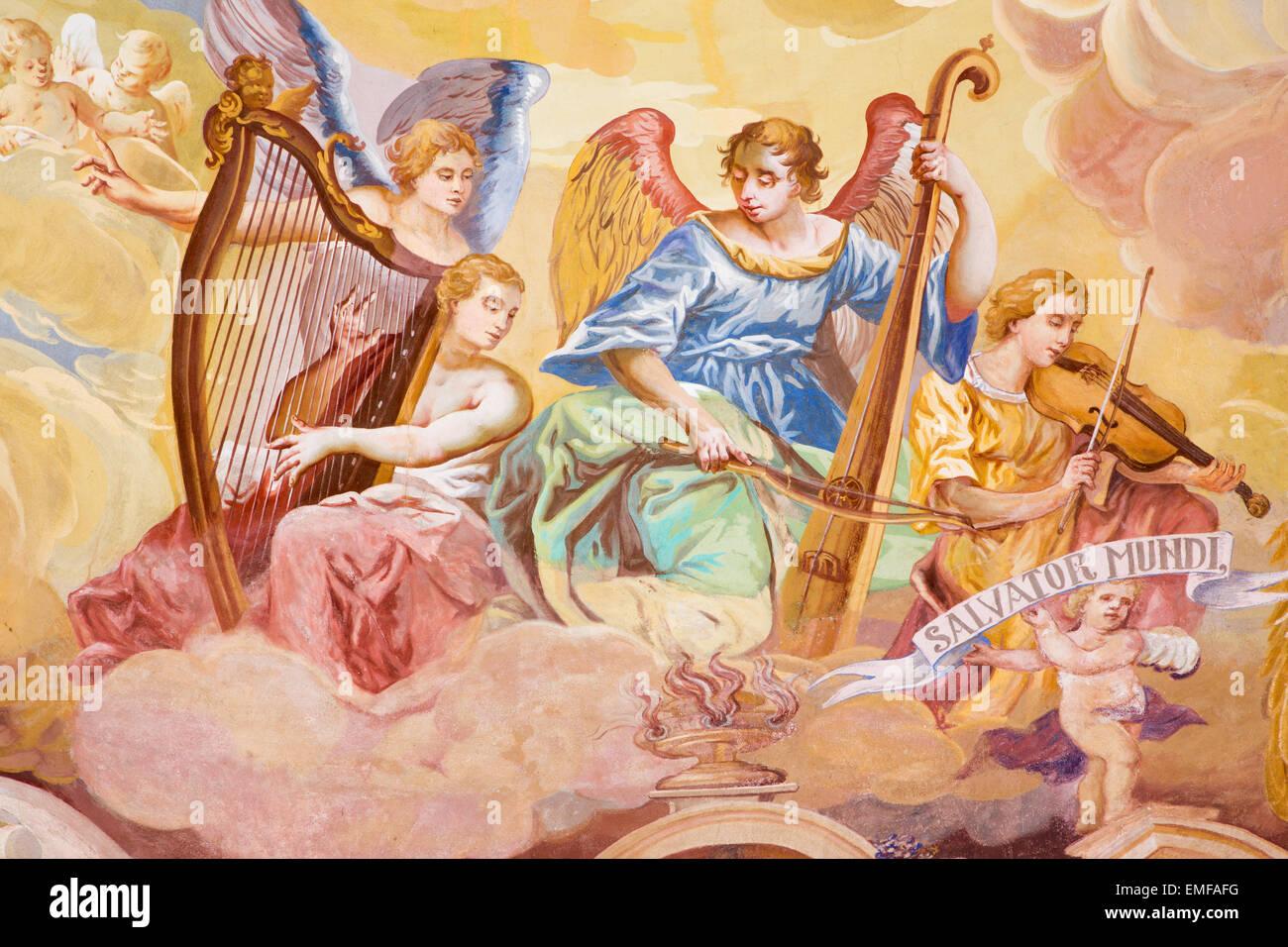 Banska Stiavnica - Angeli con gli strumenti musicali di affresco sulla cupola al centro della chiesa barocca del Immagini Stock