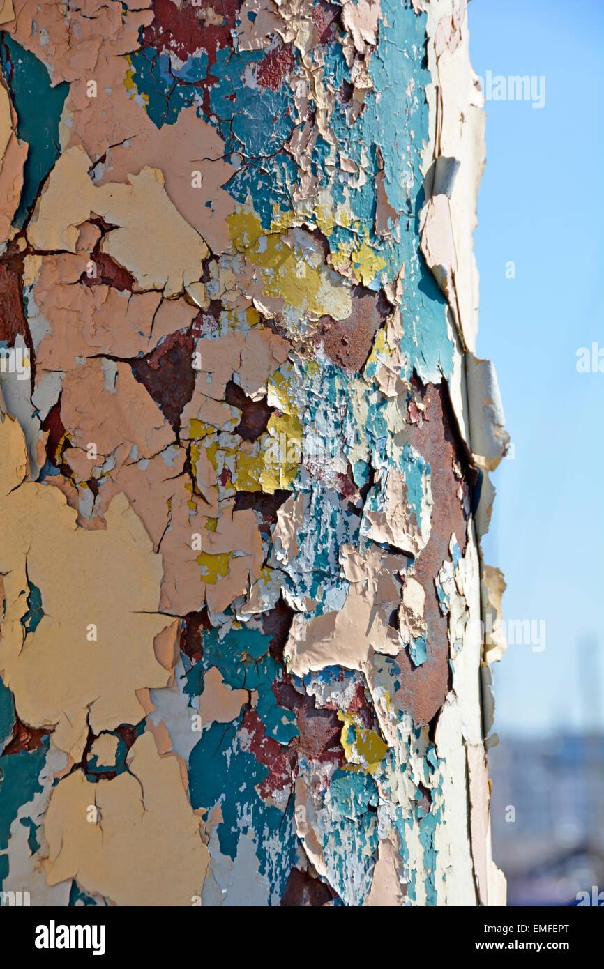 Strati multipli di sfald vernice sulla ruggine colonna in acciaio Ipswich Suffolk England Regno Unito Immagini Stock
