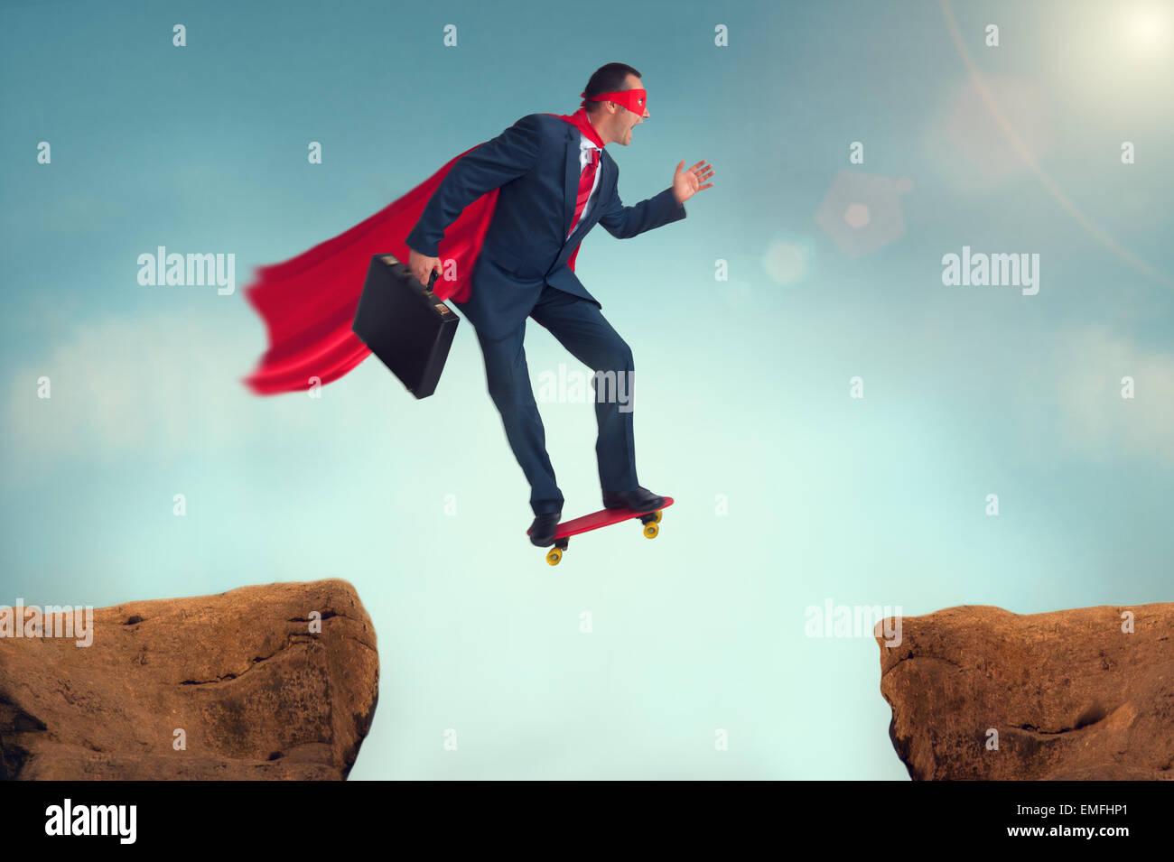 Imprenditore di supereroi sfida facendo un rischioso salto di fede su uno skateboard Immagini Stock