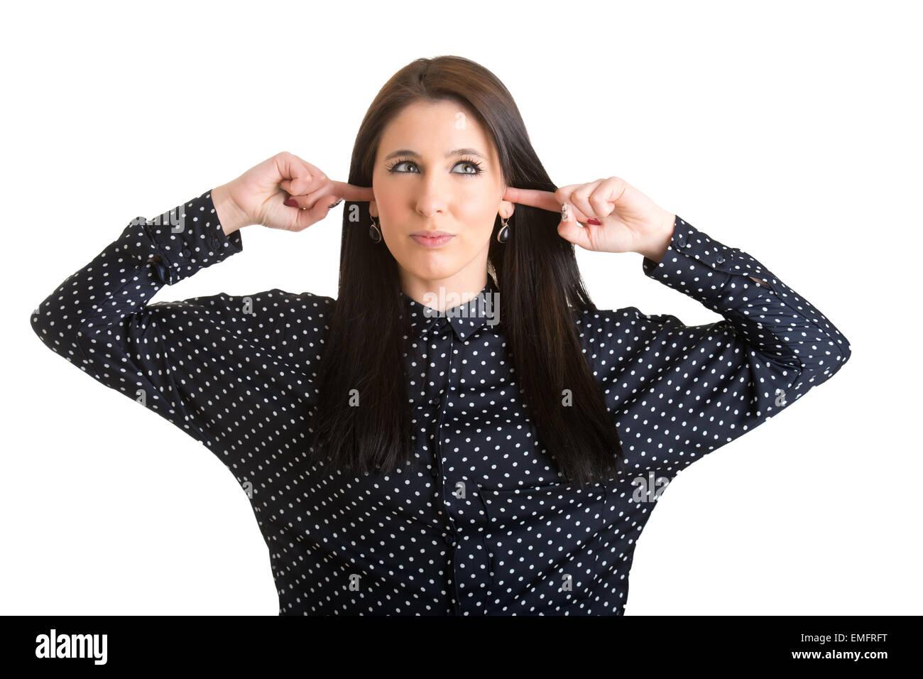 Femmina con le dita negli orecchi al blocco audio, isolato in bianco Immagini Stock
