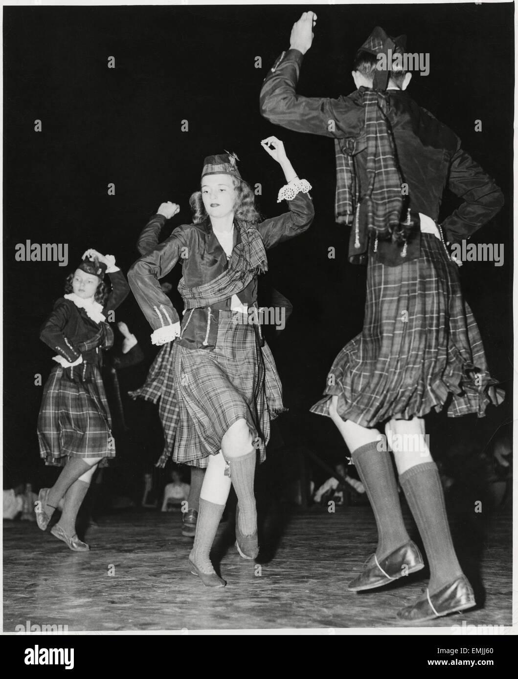 Gli studenti delle scuole superiori da Fayetteville, NC, esecuzione di Highland Fling Festival a Carolina Folk Festival, Immagini Stock