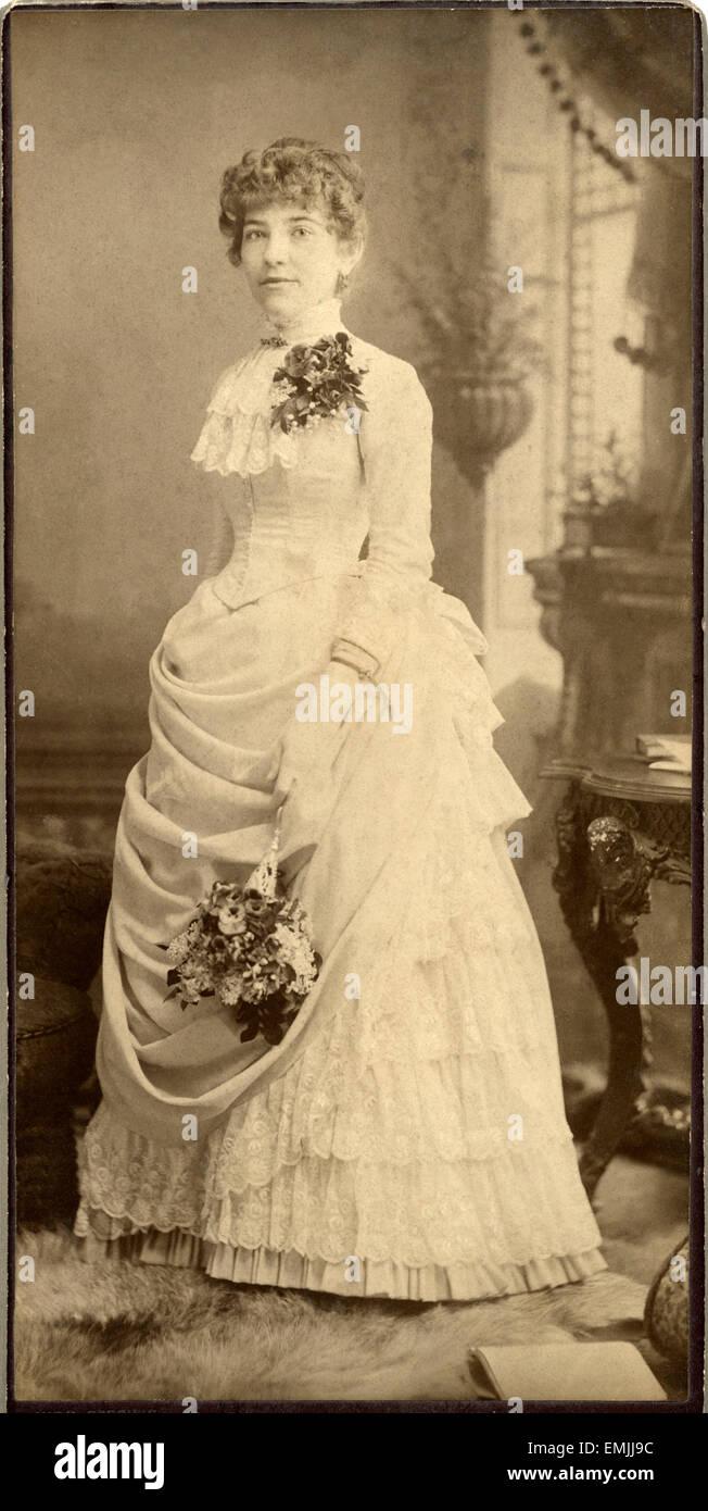 new products 35405 cfe6c Ritratto di donna in abiti lunghi con pizzo e fiori, Cabinet ...