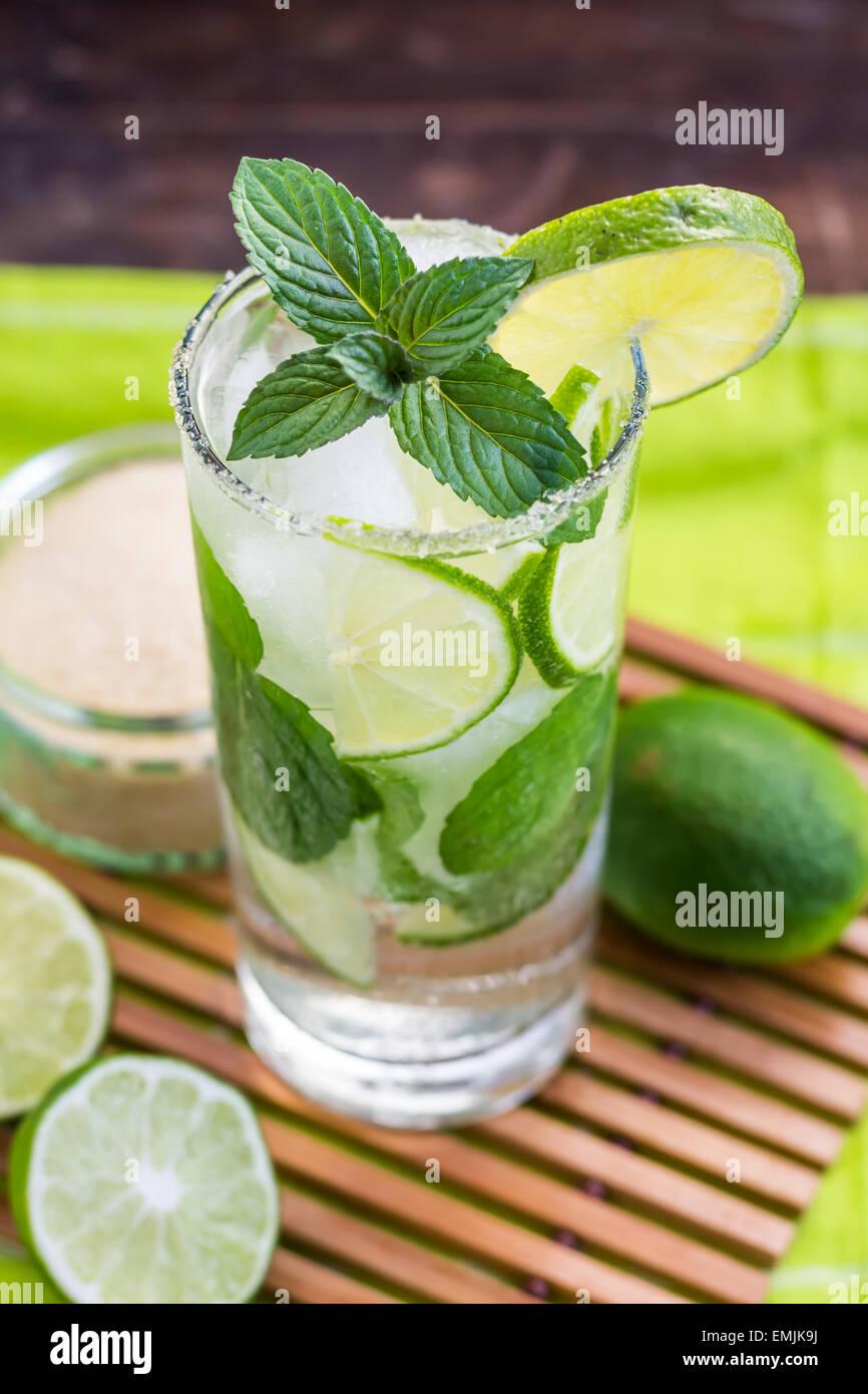 Il Mojito Lime bevanda alcolica Cocktail Immagini Stock