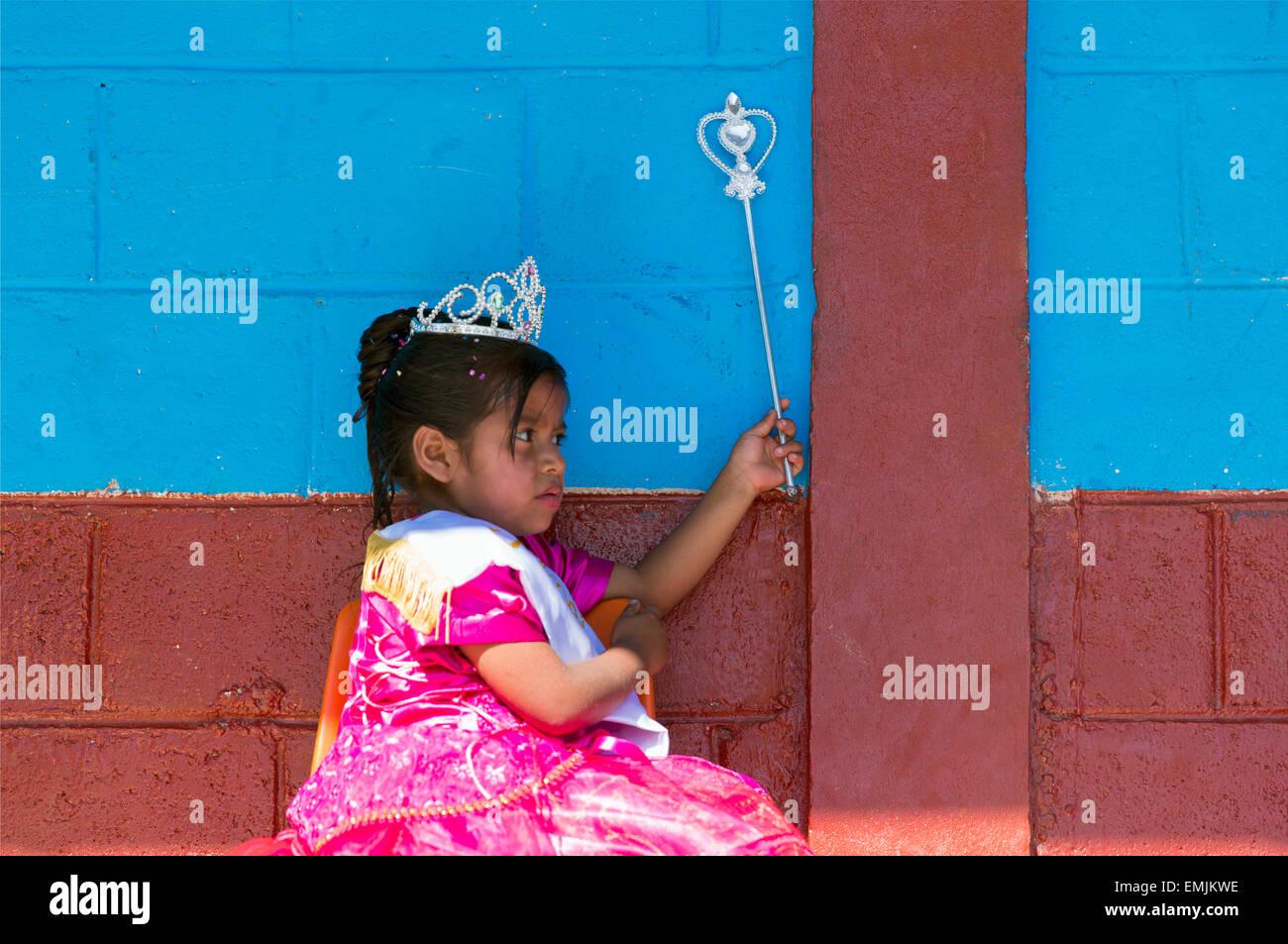 Guatemala, Jalapa, giovane ragazza vestita per Carnevale come una principessa Immagini Stock