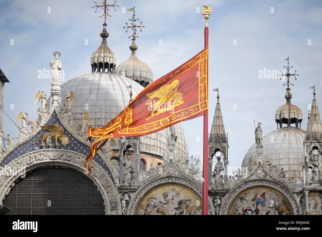 Bandiera di Venezia e la Basilica di San Marco, Venezia, Italia Foto Stock