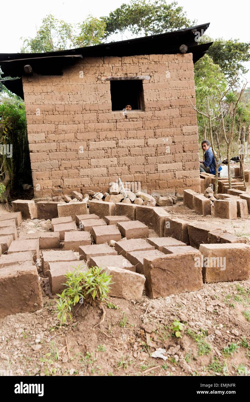 Guatemala, Jalapa, Sanyuyo. Casa Adobe con mattoni di fango in primo piano Immagini Stock