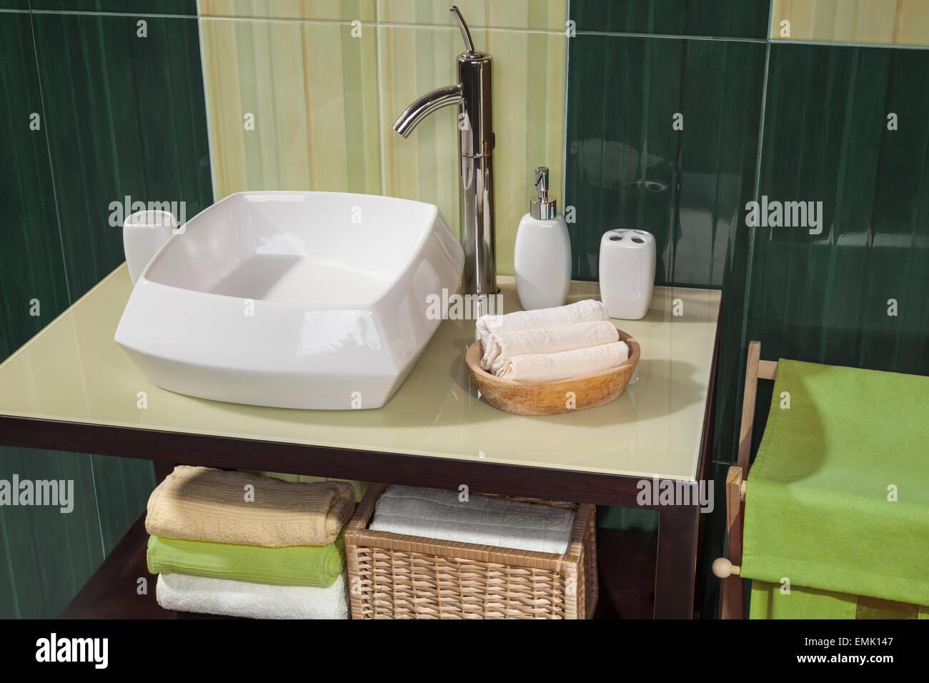 Dettaglio di un moderno bagno con lavandino e accessori mobiletto