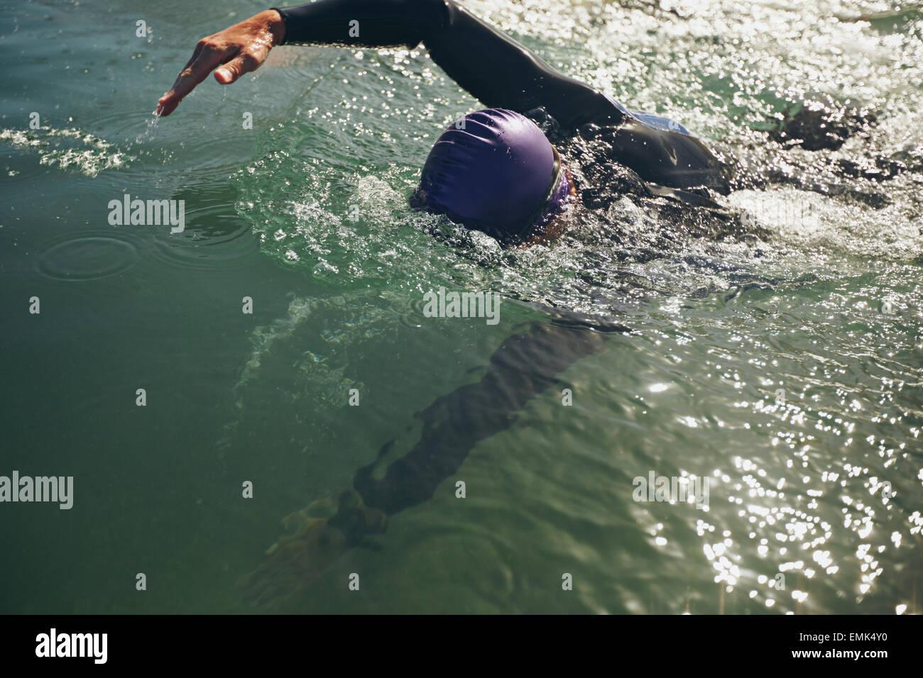 Nuotatore nuoto in acque aperte. Atleta della pratica per la concorrenza. Foto Stock